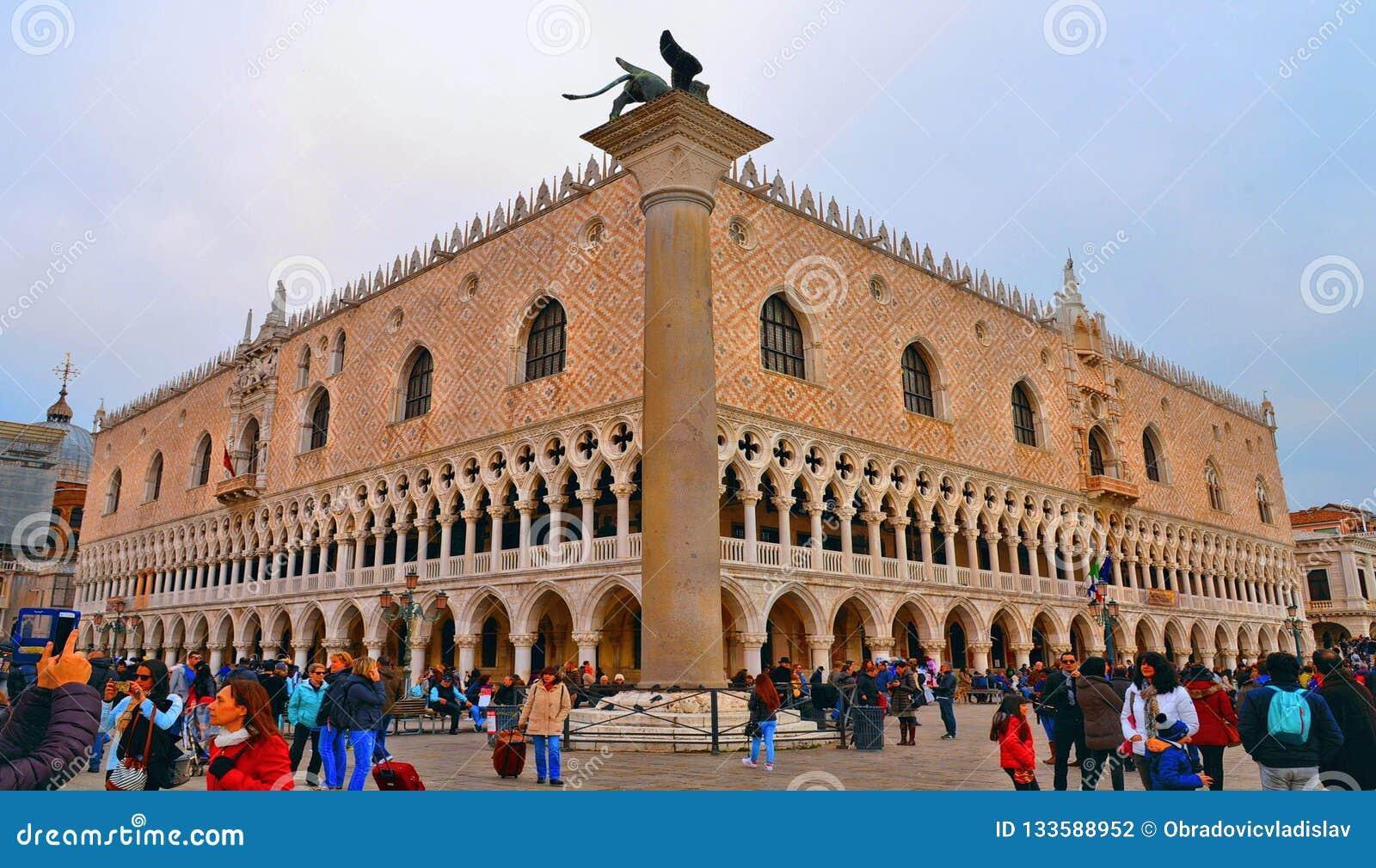 Muchedumbres de turistas que exploran el cuadrado de San Marco St Mark de la plaza con el palacio del dux en Venecia, Italia
