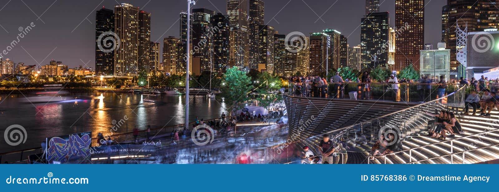 Muchedumbres en el embarcadero de la marina de guerra del ` s de Chicago