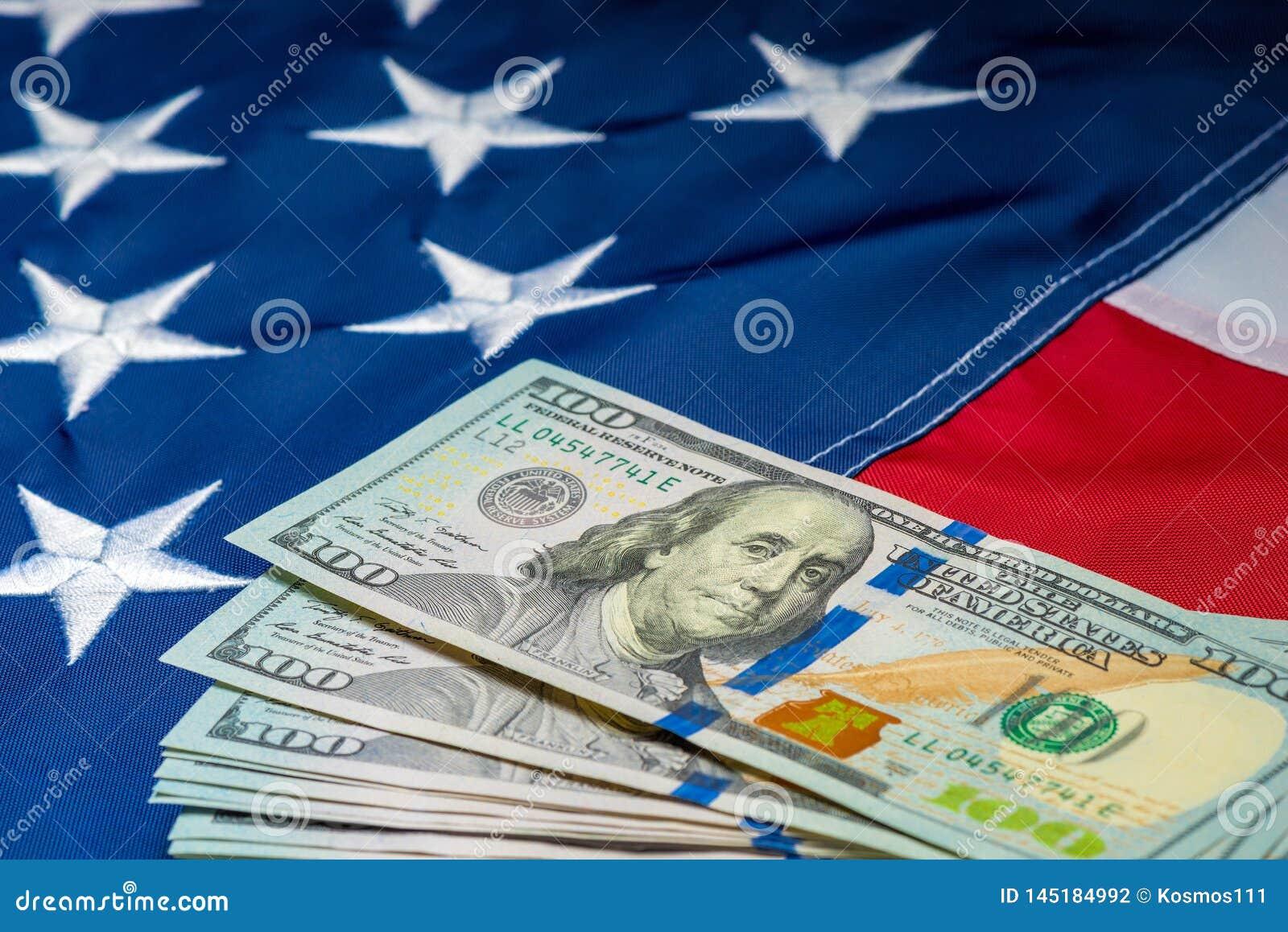 Mucho dinero 100 dólares en el fondo de la bandera americana