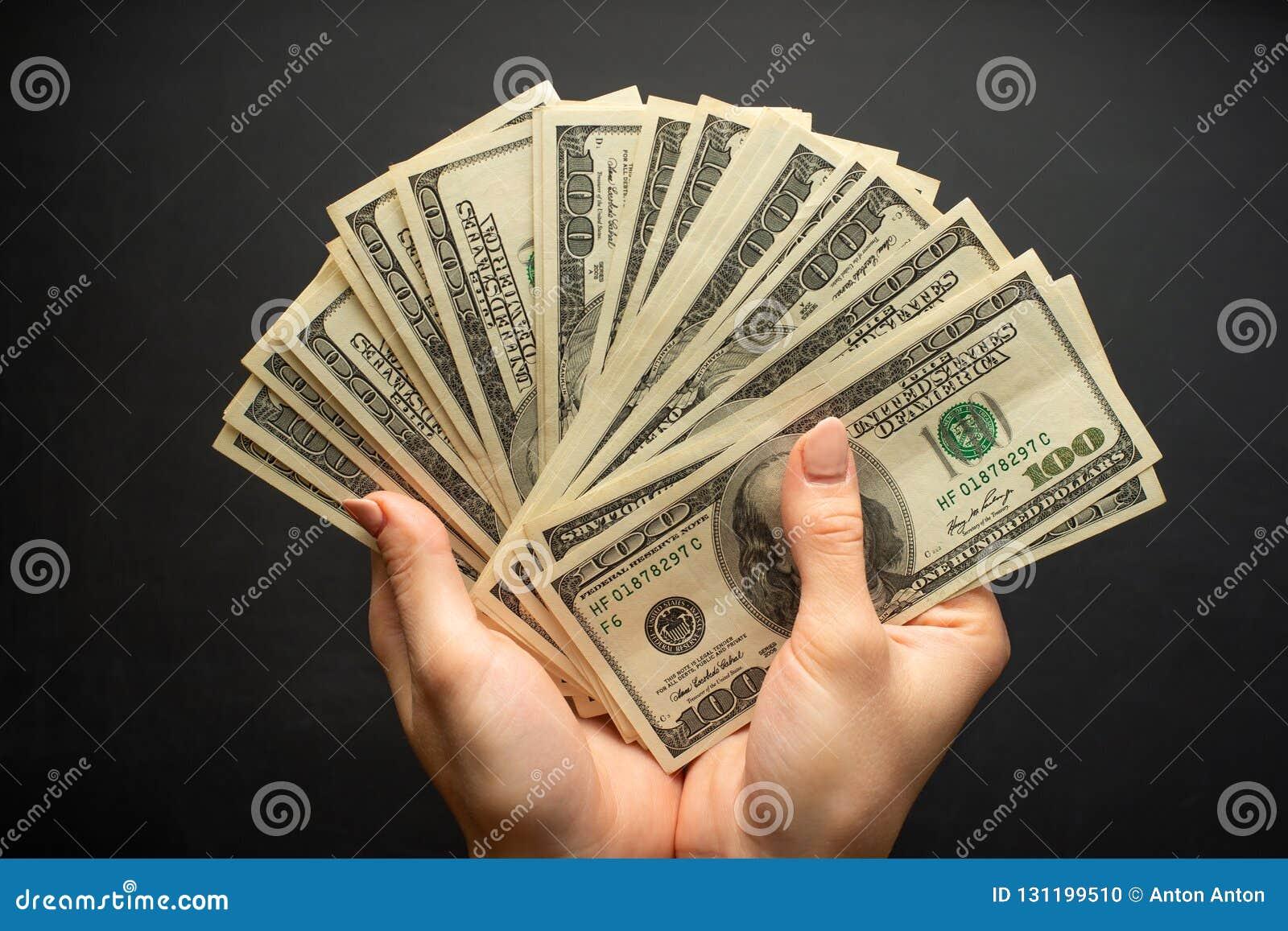 Mucho Dinero En Las Manos Dólar En Un Fondo Negro Foto De Archivo