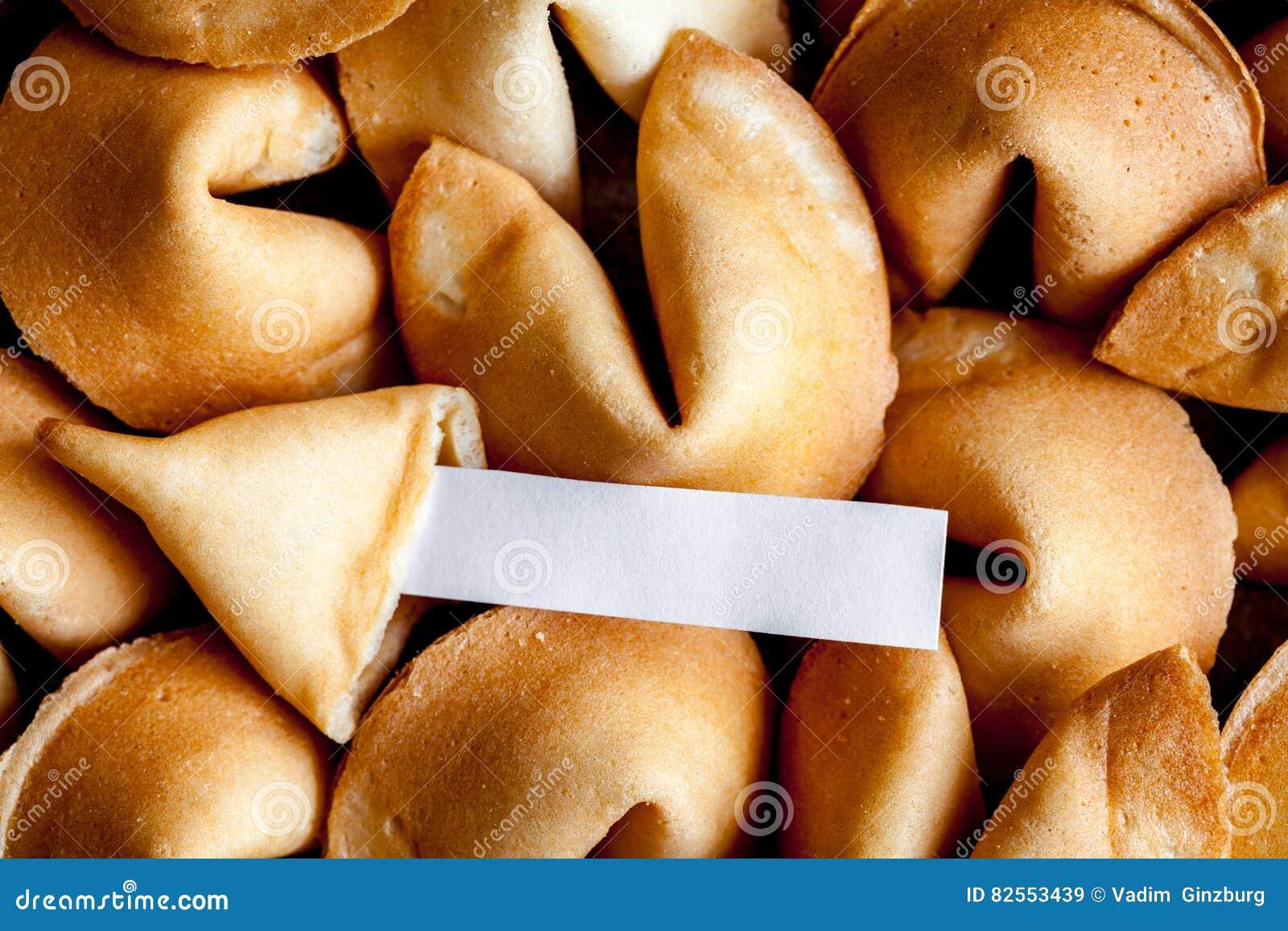 Mucho papel chino de la galleta de la suerte con la predicción