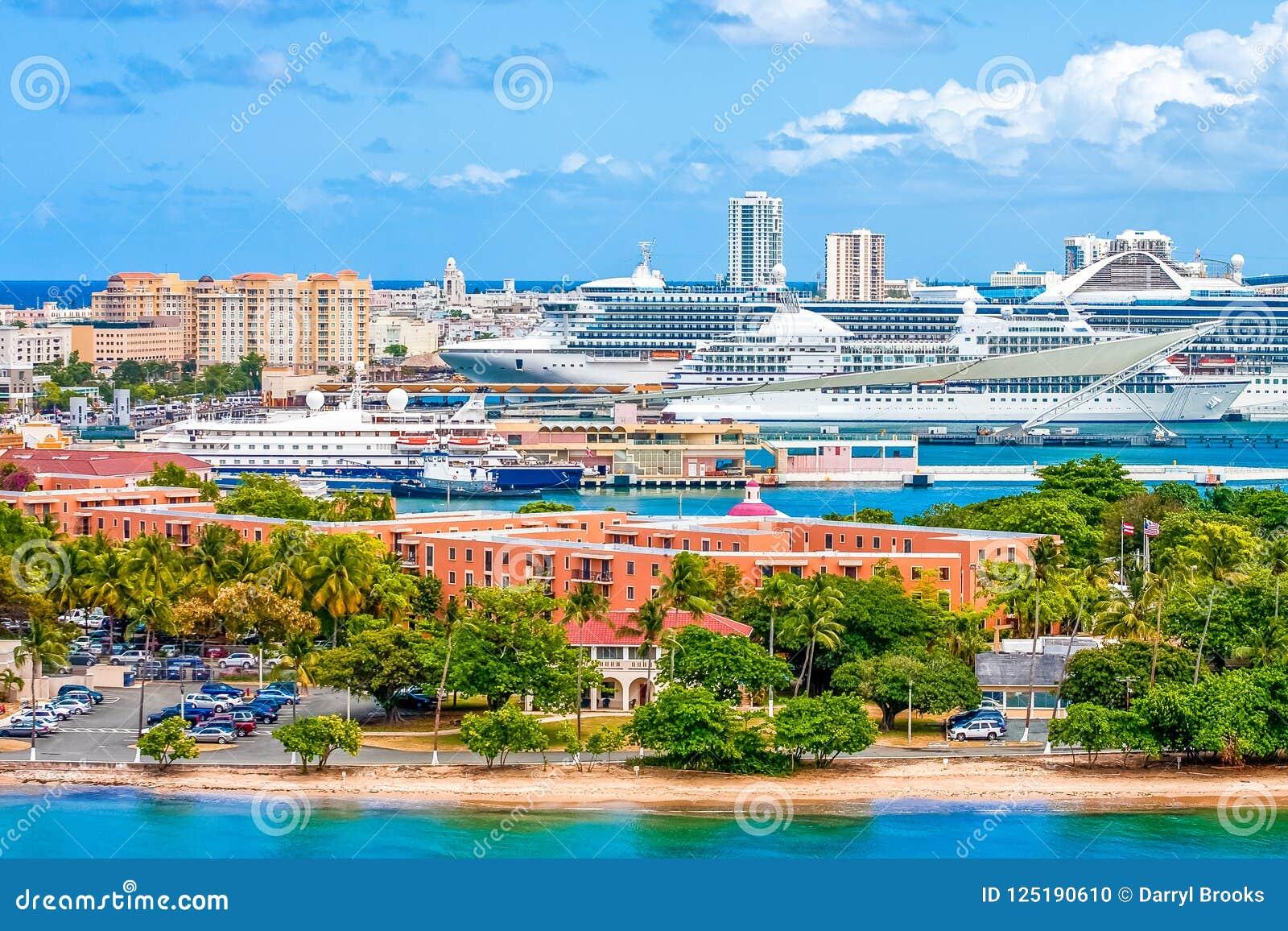 Muchos barcos de cruceros de lujo en San Juan