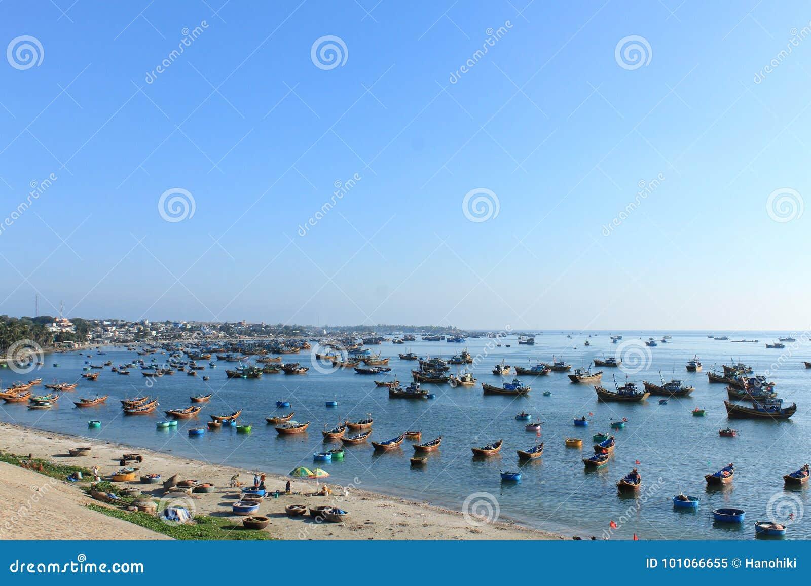 Muchos barcos de pesca en Mui Ne se abrigan, Vietnam