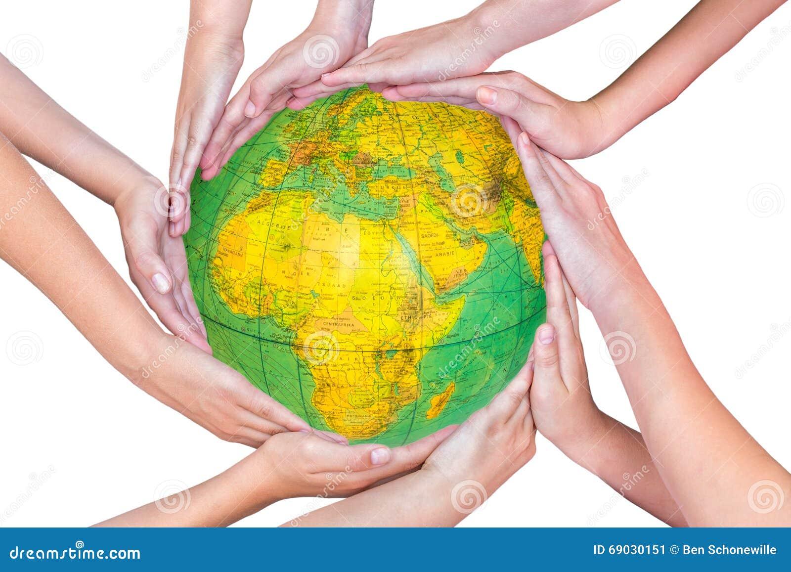 Muchos brazos de niños con las manos que sostienen el globo