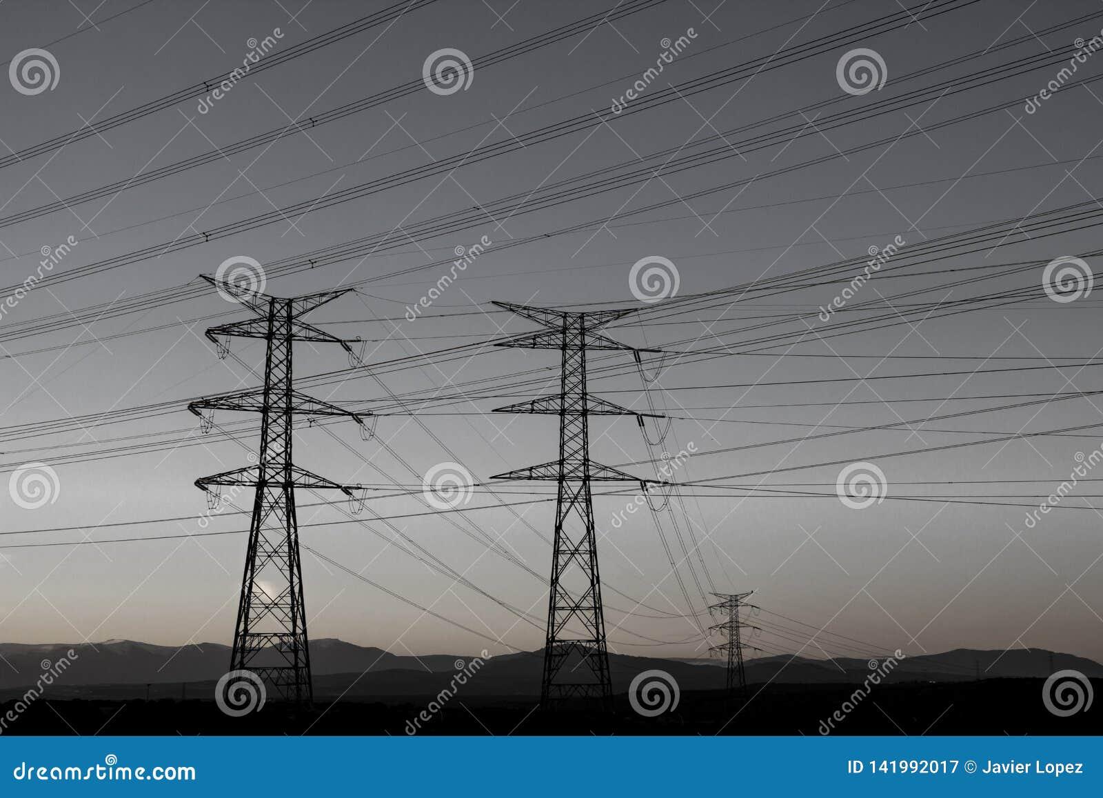 Muchos cables que cruzan el cielo