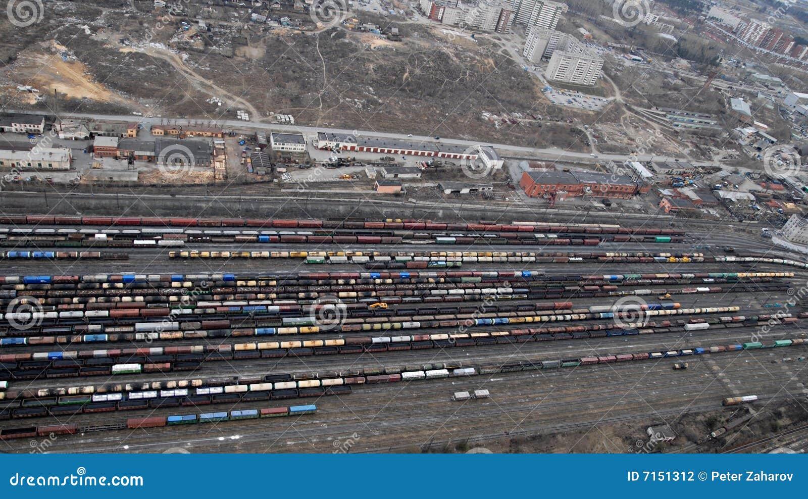 Muchos carros y trenes. Visión aérea.