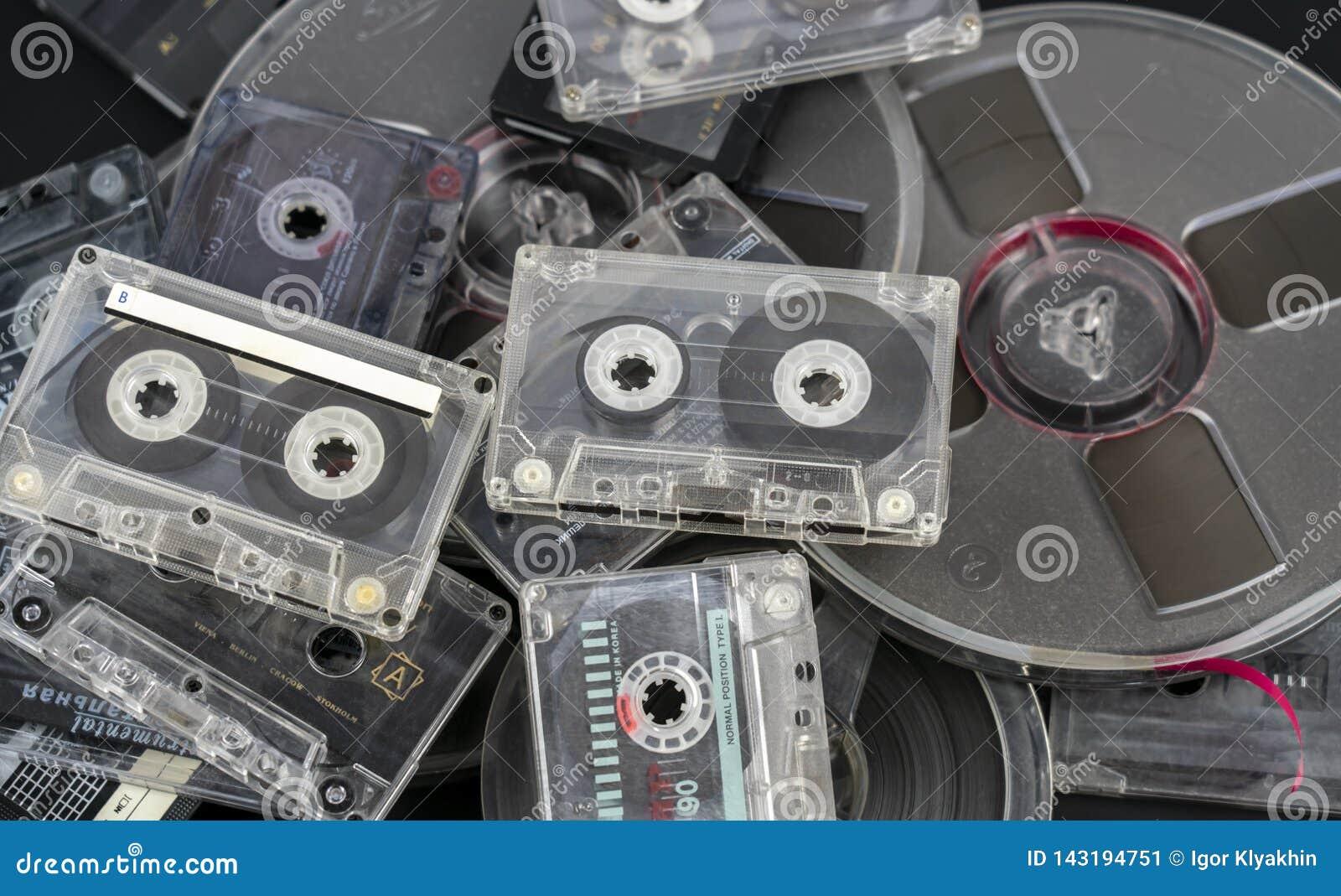 Muchos diversos casetes audios y cintas de audio en carretes