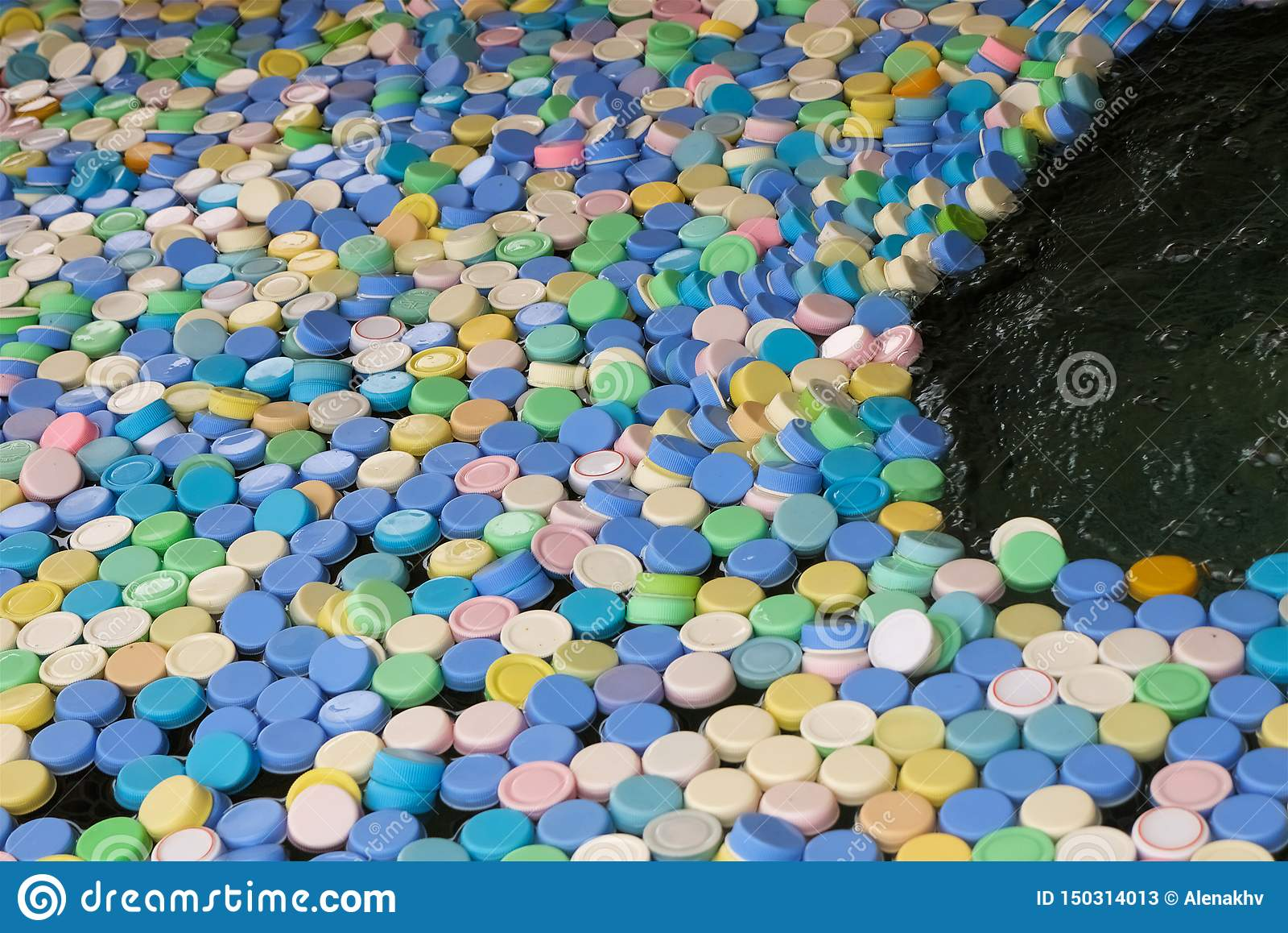 Muchos diversos casquillos de los colores de las botellas plásticas l