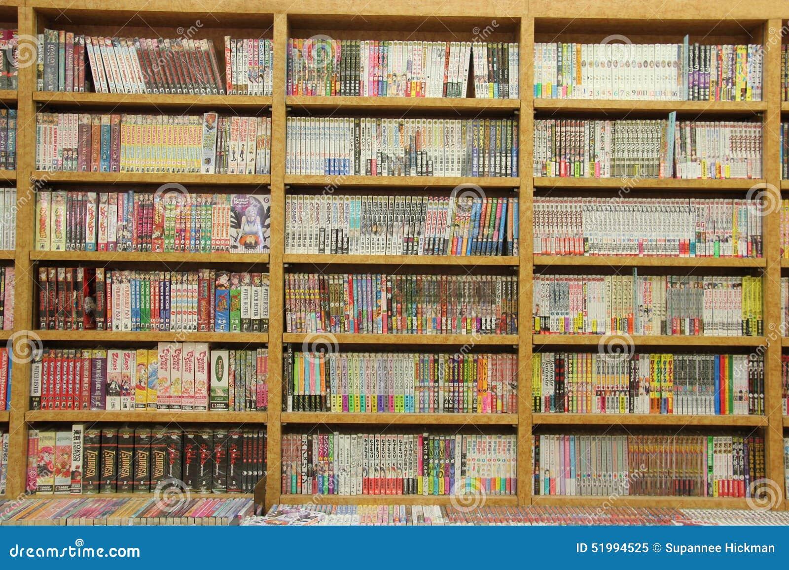 Muchos diversos libros en los estantes para libros de madera
