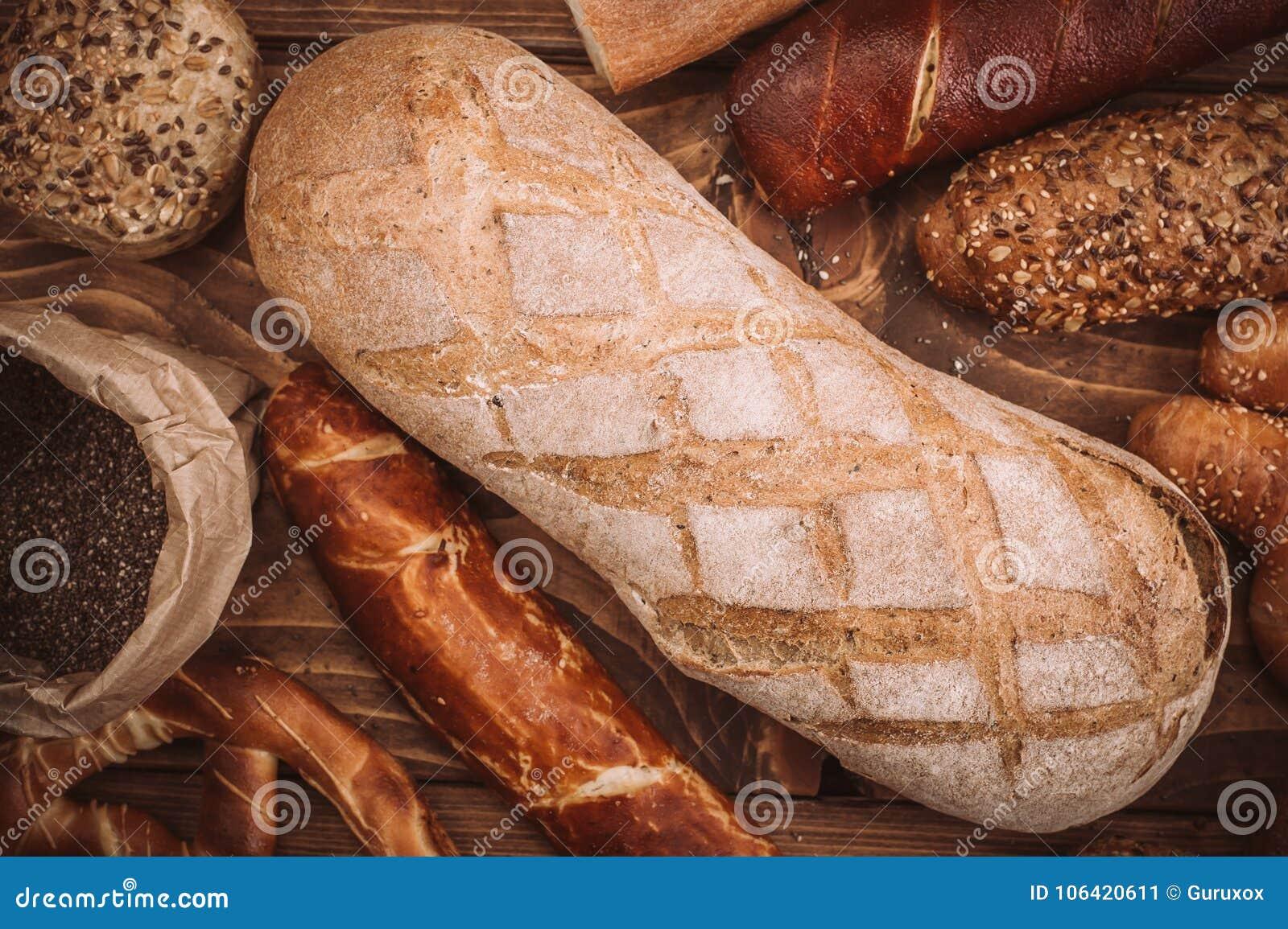 Muchos mezclaron los panes y los rollos cocidos en la tabla de madera rústica