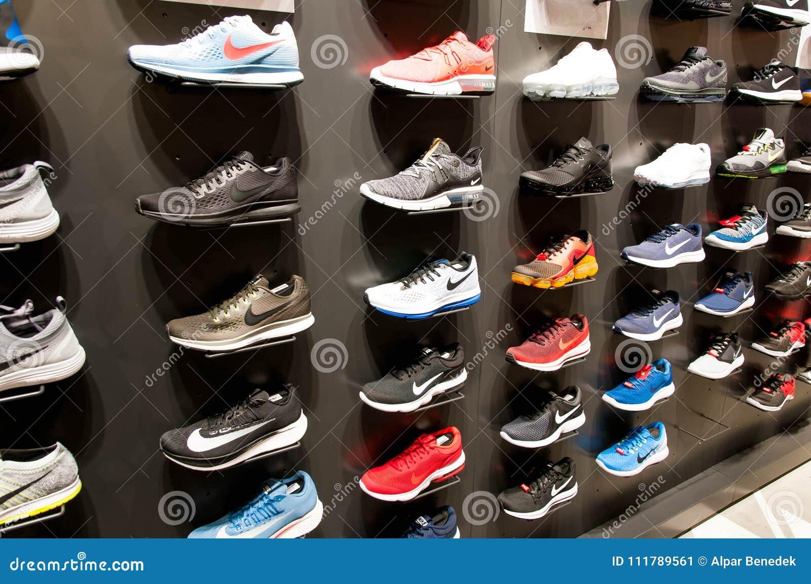Foto Modernos En Imagen Muchos Zapatos Editorial La Nuevos Pared xqYanETwF4