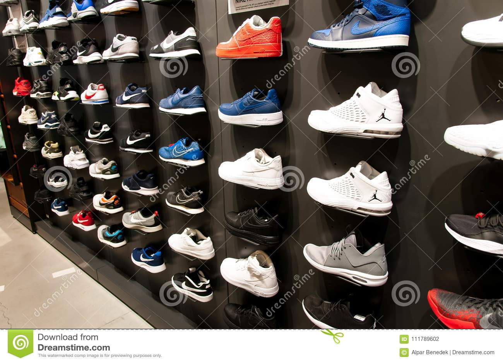 Zapatos Nuevos Pared Editorial La Fotografía En Muchos Modernos 85wXTxd8q