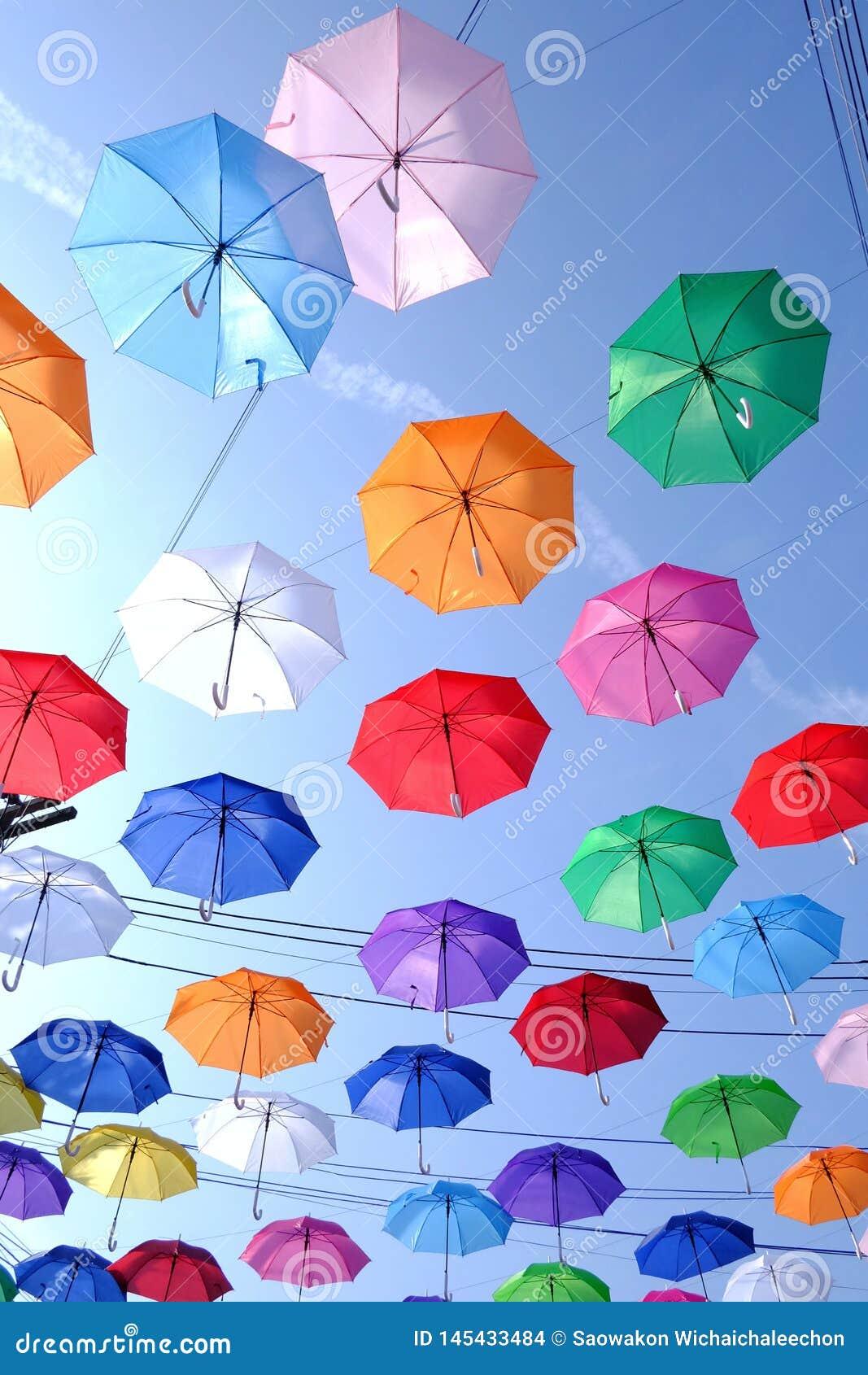 Muchos paraguas multicolores que adornan en lugar al aire libre