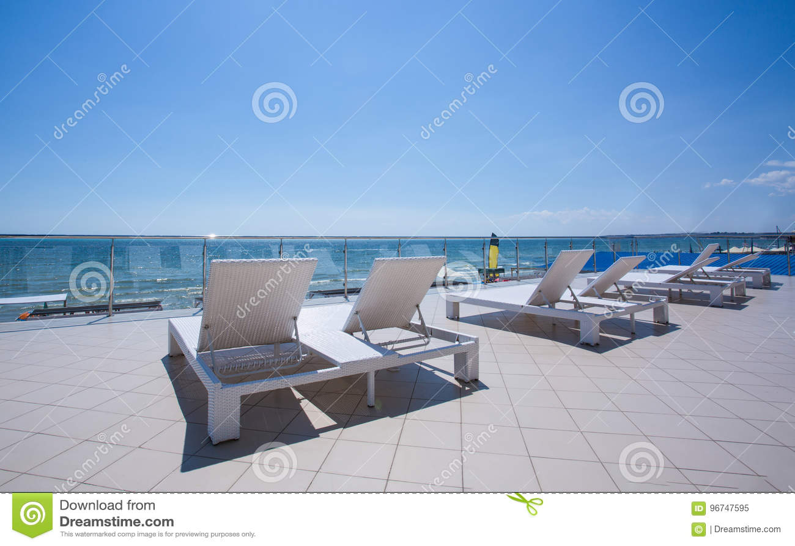 Muchos Sunbeds Blancos En El Balcón De Un Hotel De Lujo