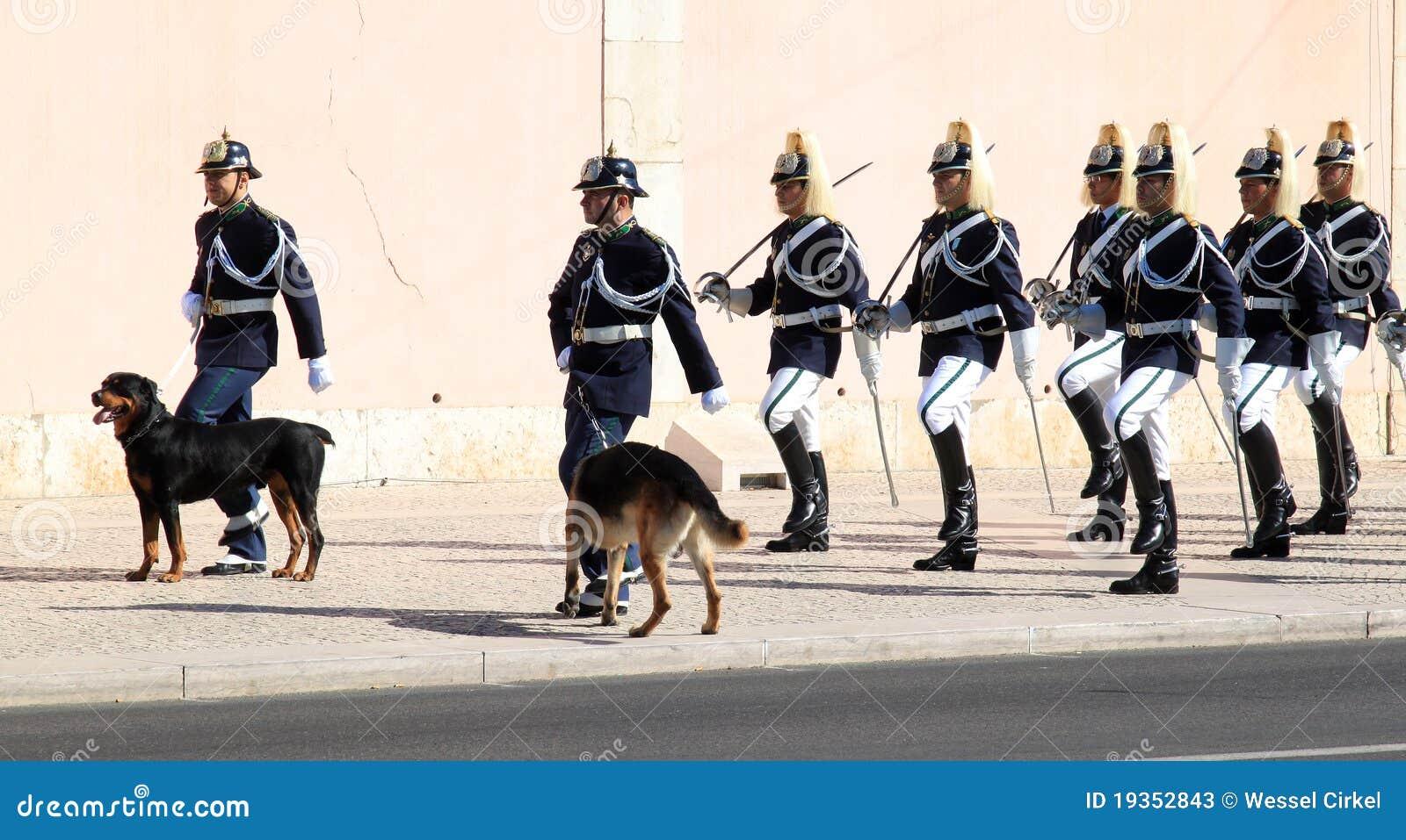 A mudança cerimonial do português guarda em Lisboa