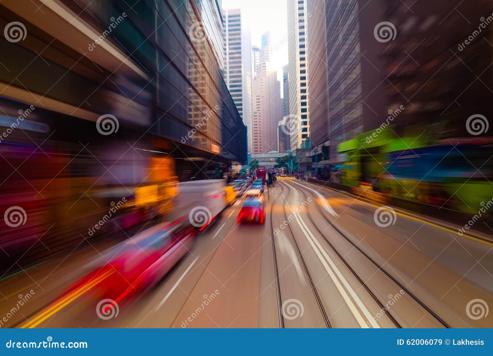Mudanza a través de la calle moderna de la ciudad Hon Kong