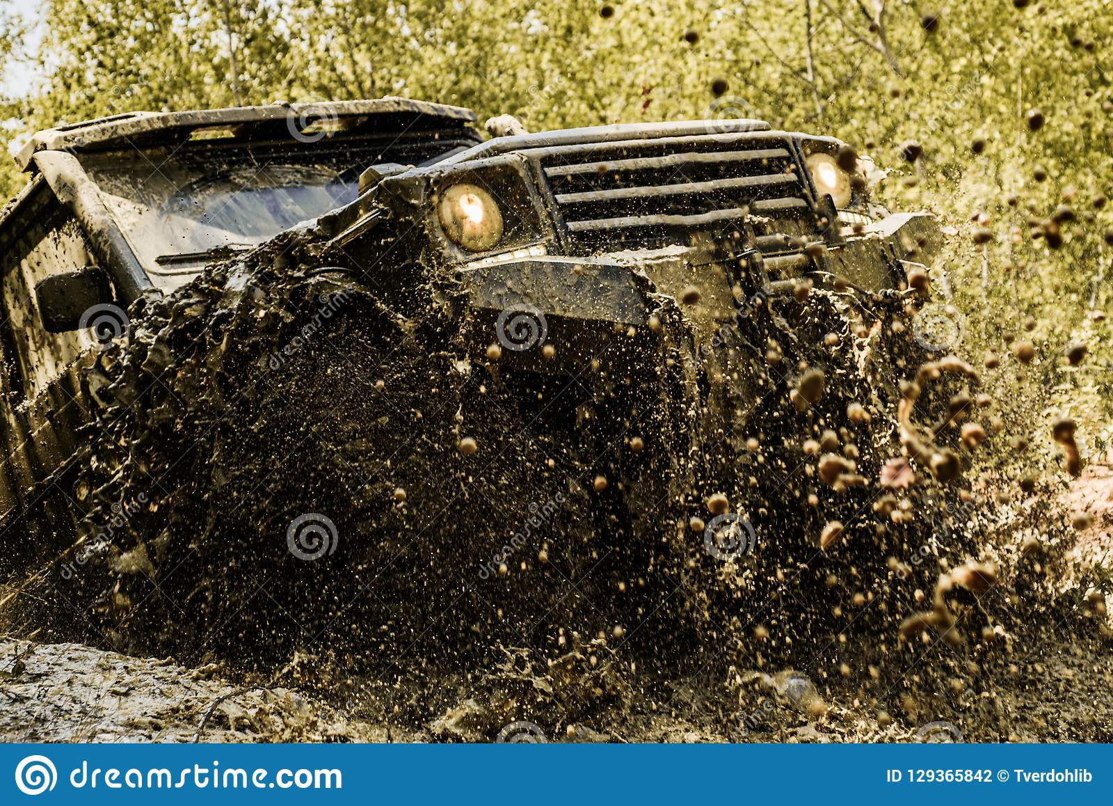 Mudding off-roading com uma área da lama ou da argila molhada Trilha na lama Faça sinal aos pneus das rodas e fora de estrada que