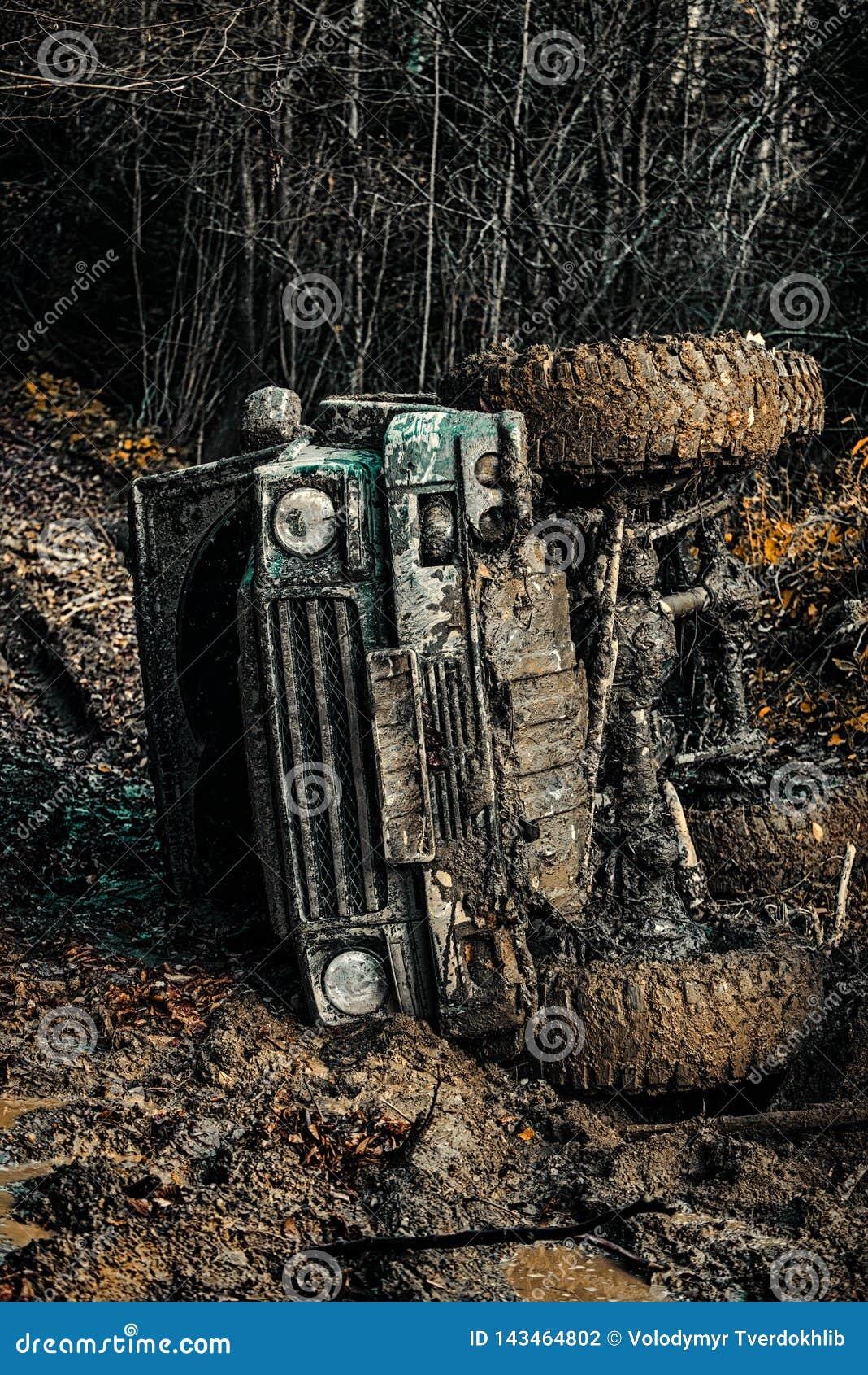 Mudding off-roading par un secteur de boue ou d argile humide Outre du camion de sport de route entre le paysage de montagnes Tou