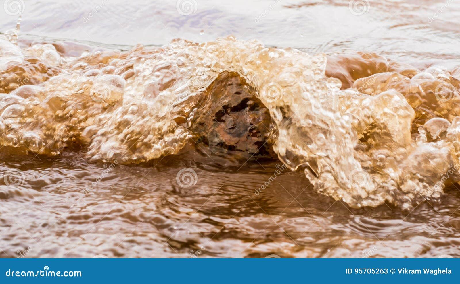 Muddy Water Waves Hitting ein Felsen, Panshet