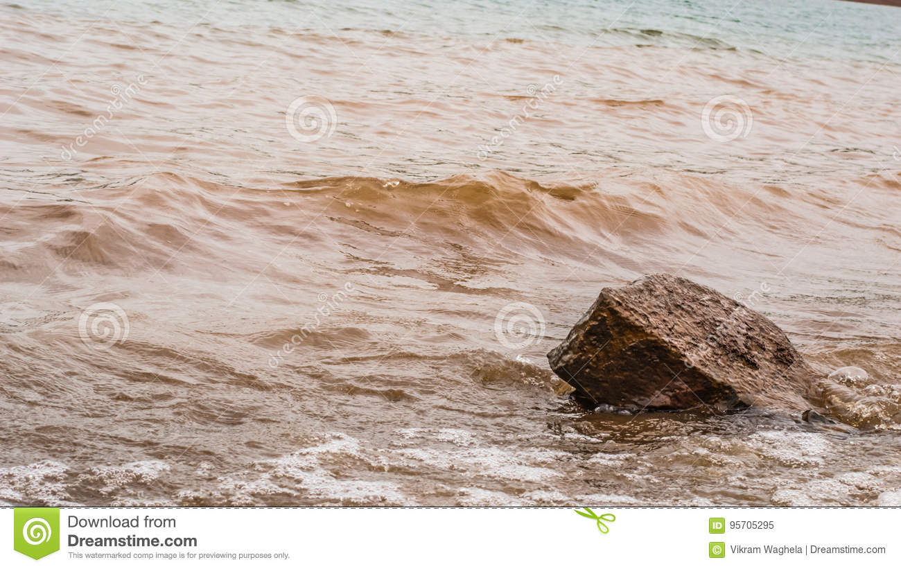 Muddy Water Waves Hitting una roca, Panshet