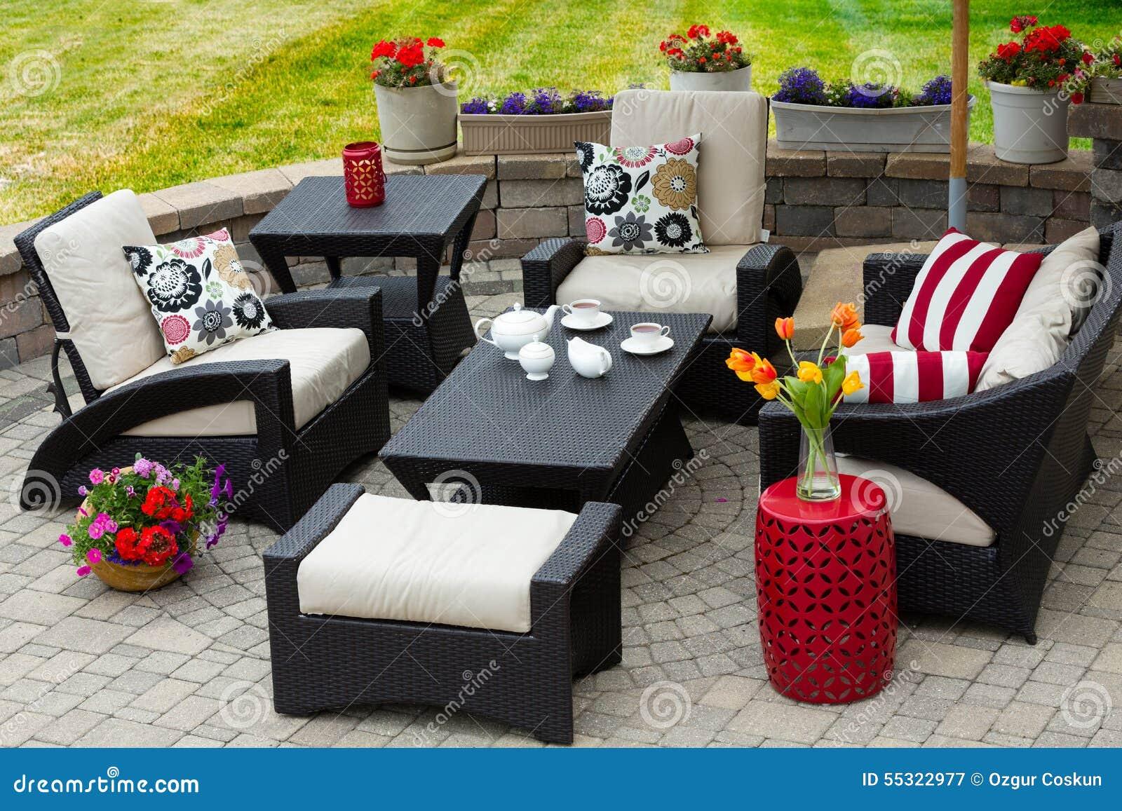 Muebles Acogedores Del Patio En Patio Al Aire Libre De Lujo Imagen ...