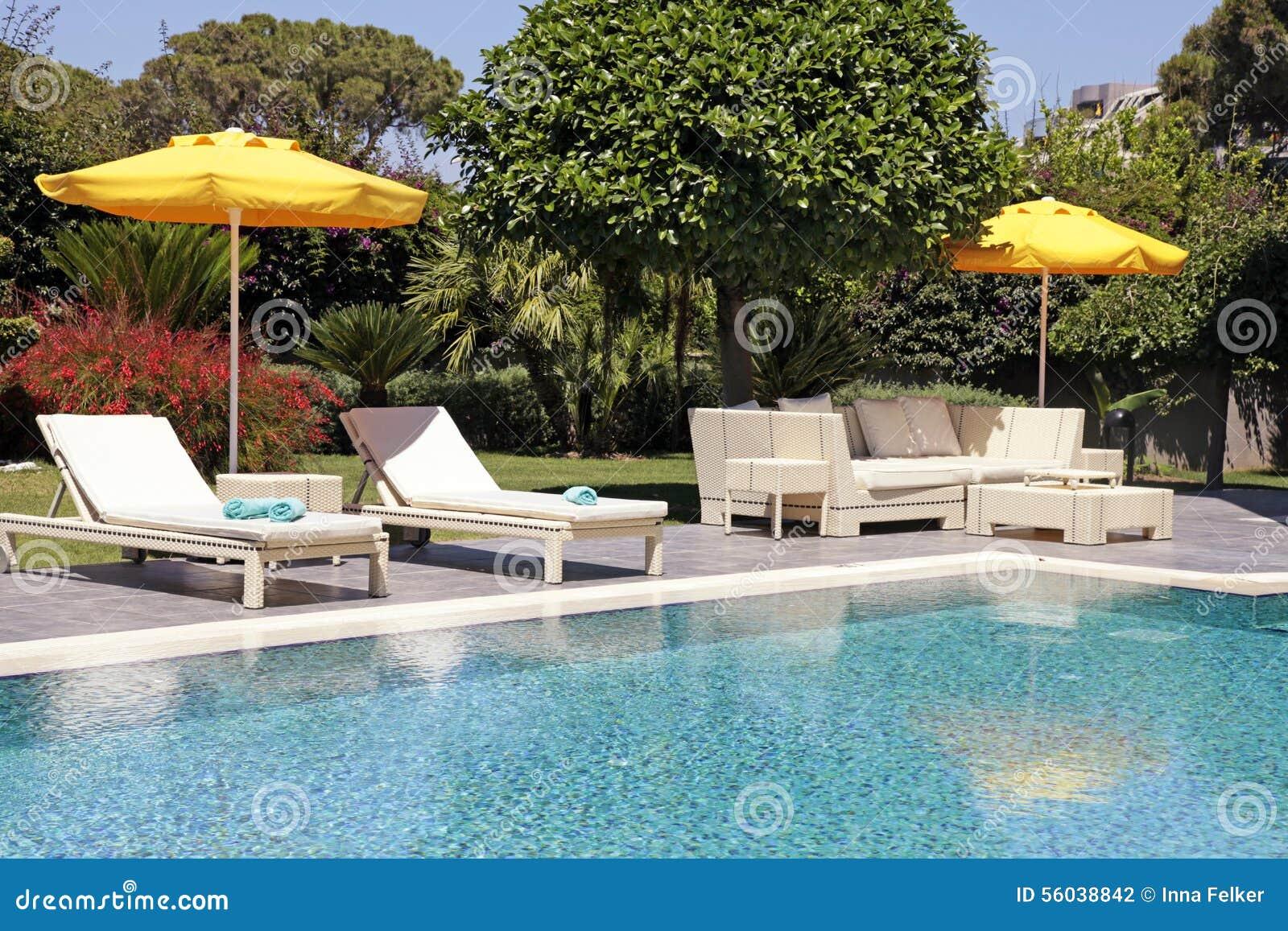 Muebles Al Aire Libre Blancos En El Jardín Cerca De La Piscina Del ...