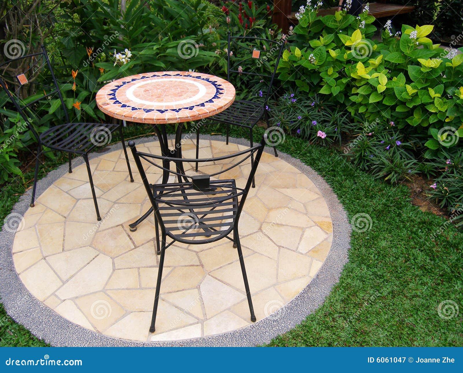 Muebles al aire libre del patio del jard n fotograf a de for Diseno de muebles de jardin al aire libre
