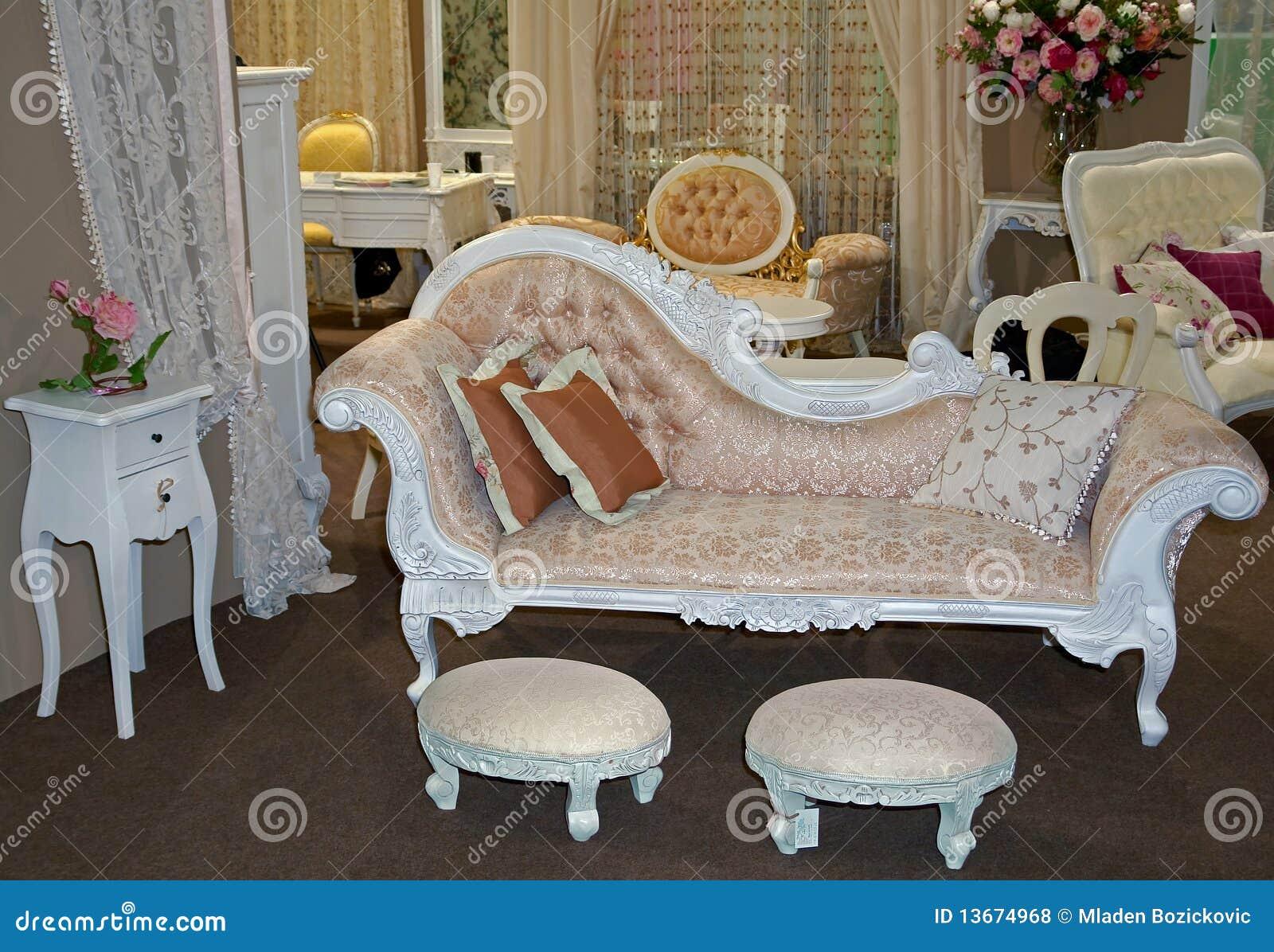 Muebles antiguos foto de archivo imagen de viejo flores for Muebles de dormitorio antiguos