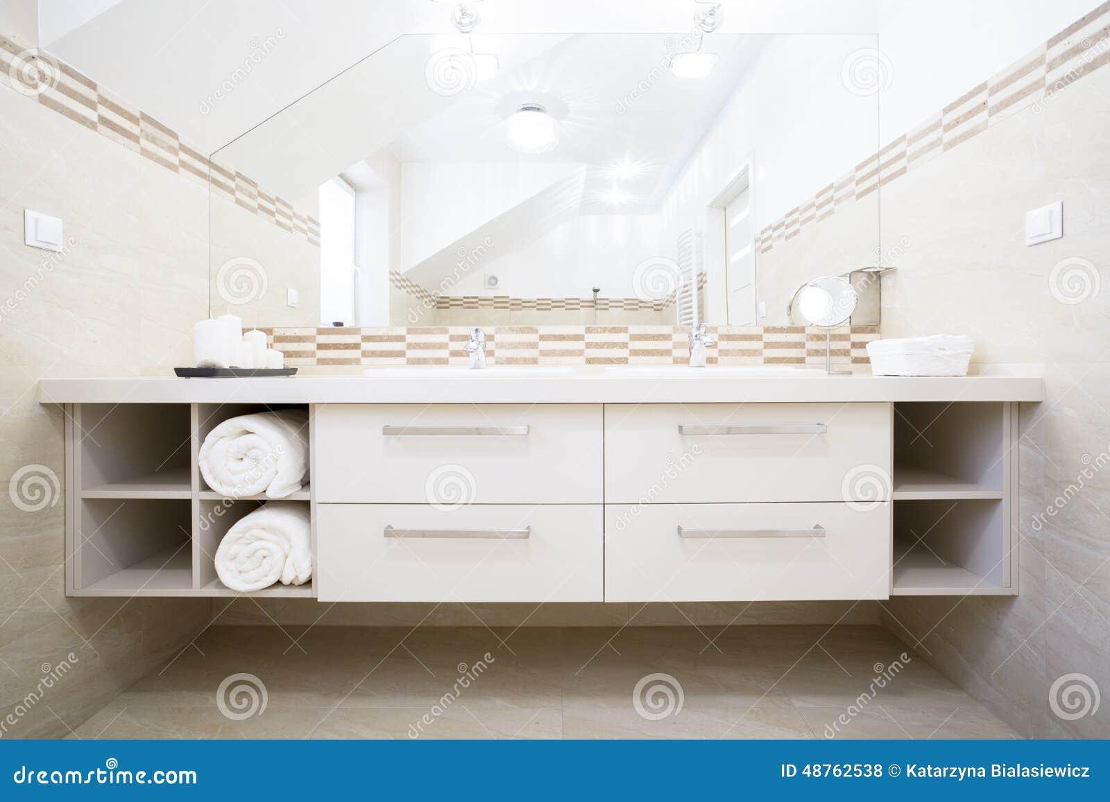 Muebles Blancos En Cuarto De Baño Brillante Foto de archivo - Imagen ...