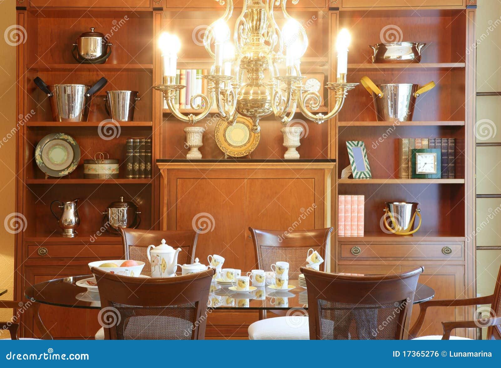Muebles cl sicos de madera de la sala de estar imagen de for Muebles de sala madera