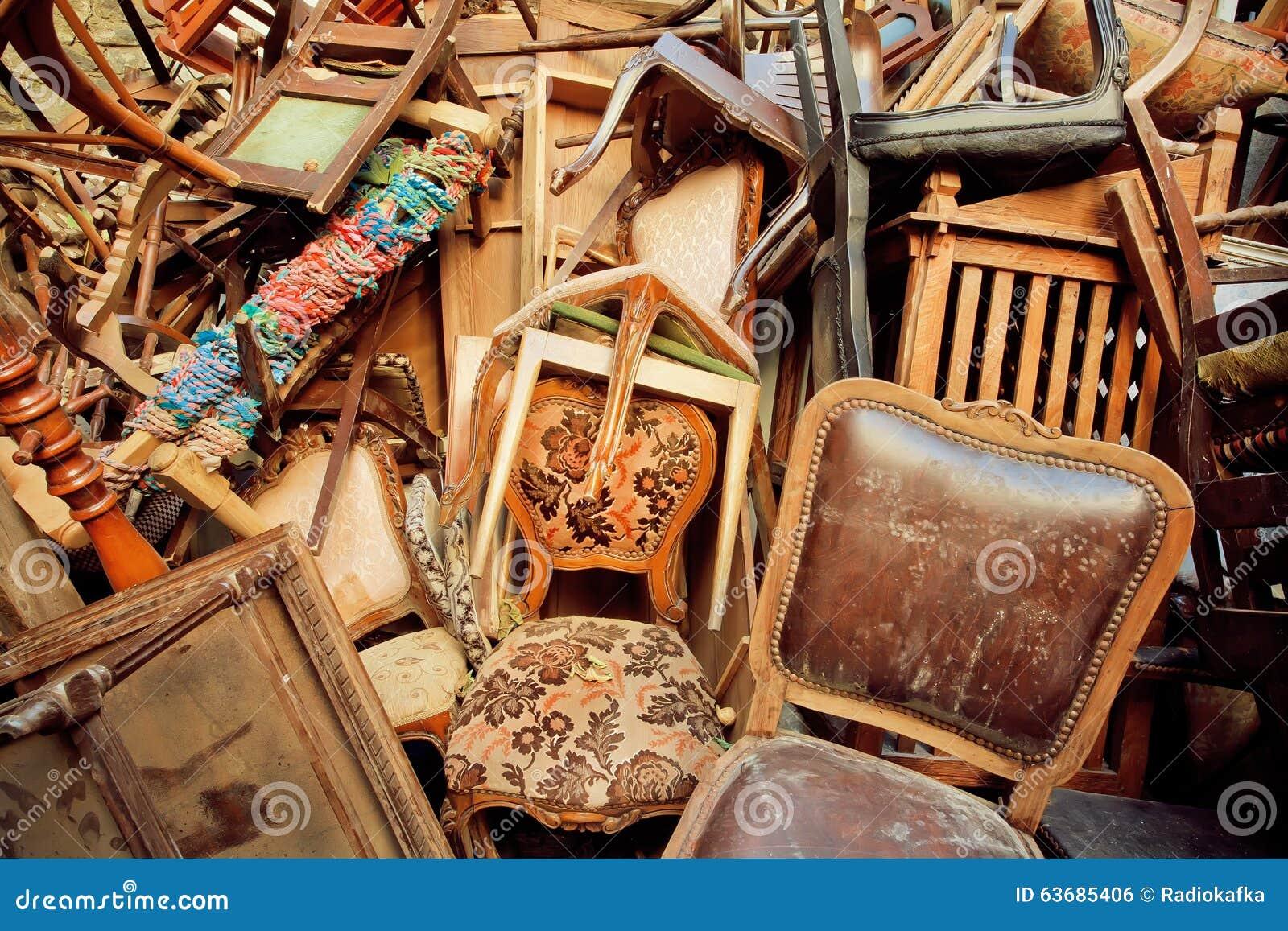 Muebles De Madera Del Vintage En Almacén De La Basura Del Mercado ...