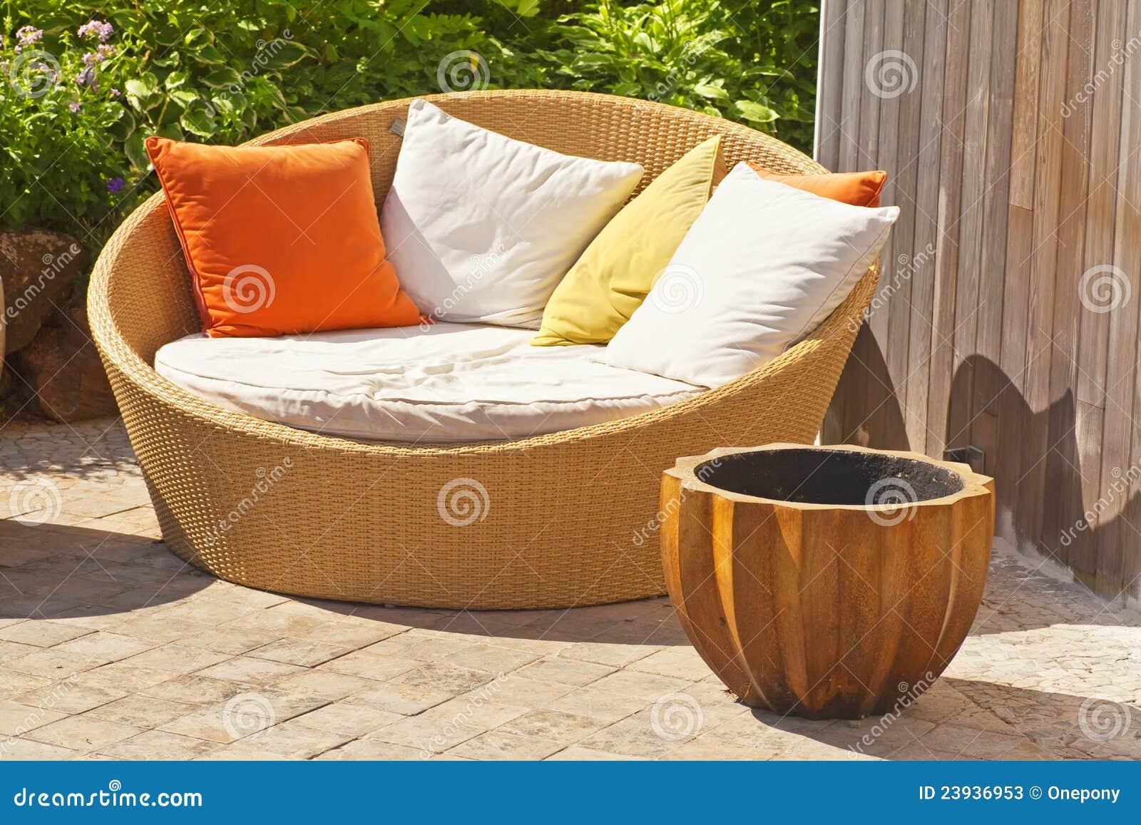 Muebles De Mimbre Del Jardín Imagen de archivo - Imagen de ...
