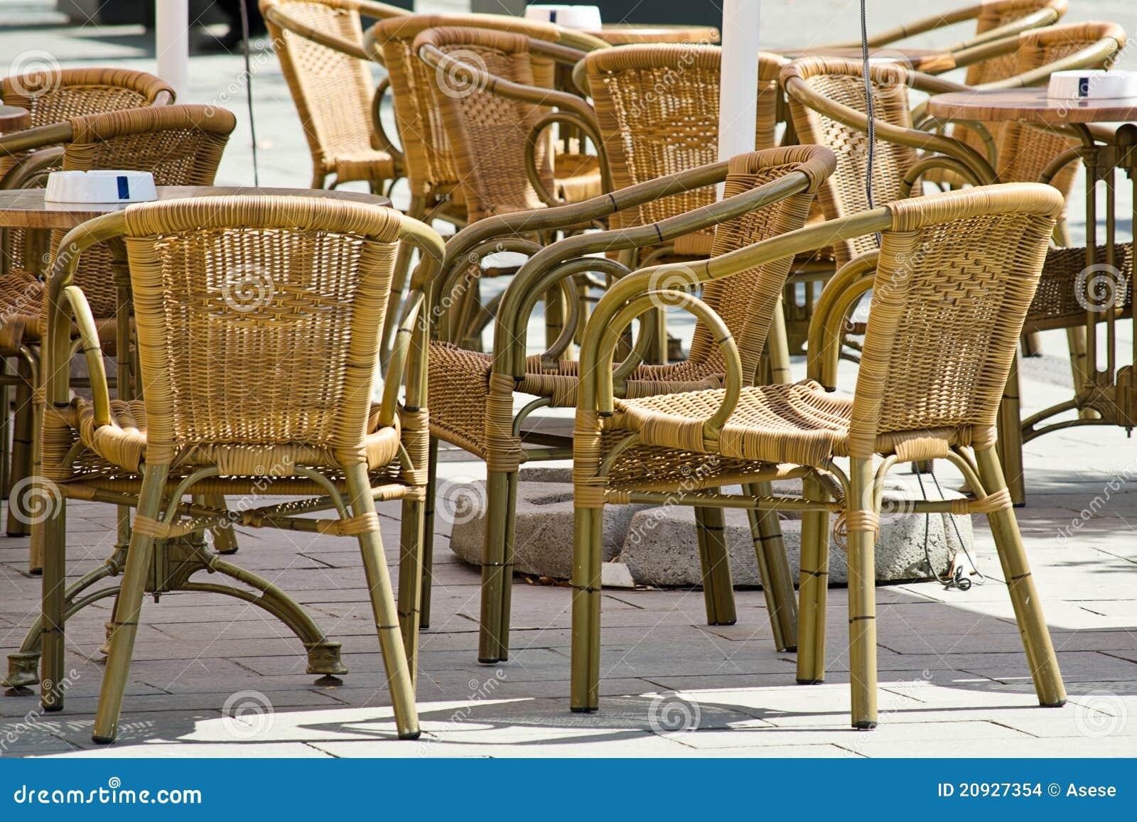 Muebles De Ratan En Terraza Imagenes de archivo - Imagen: 20927354