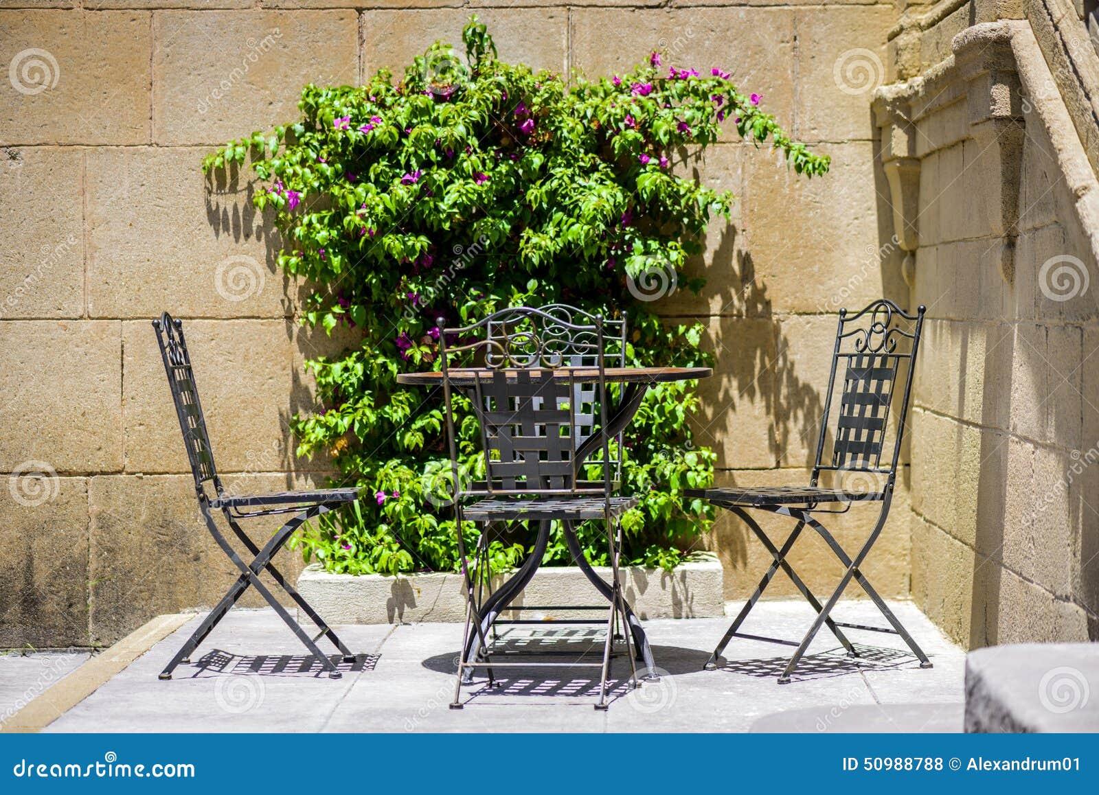 Muebles del hierro labrado asiento al aire libre foto de for Muebles para terraza al aire libre