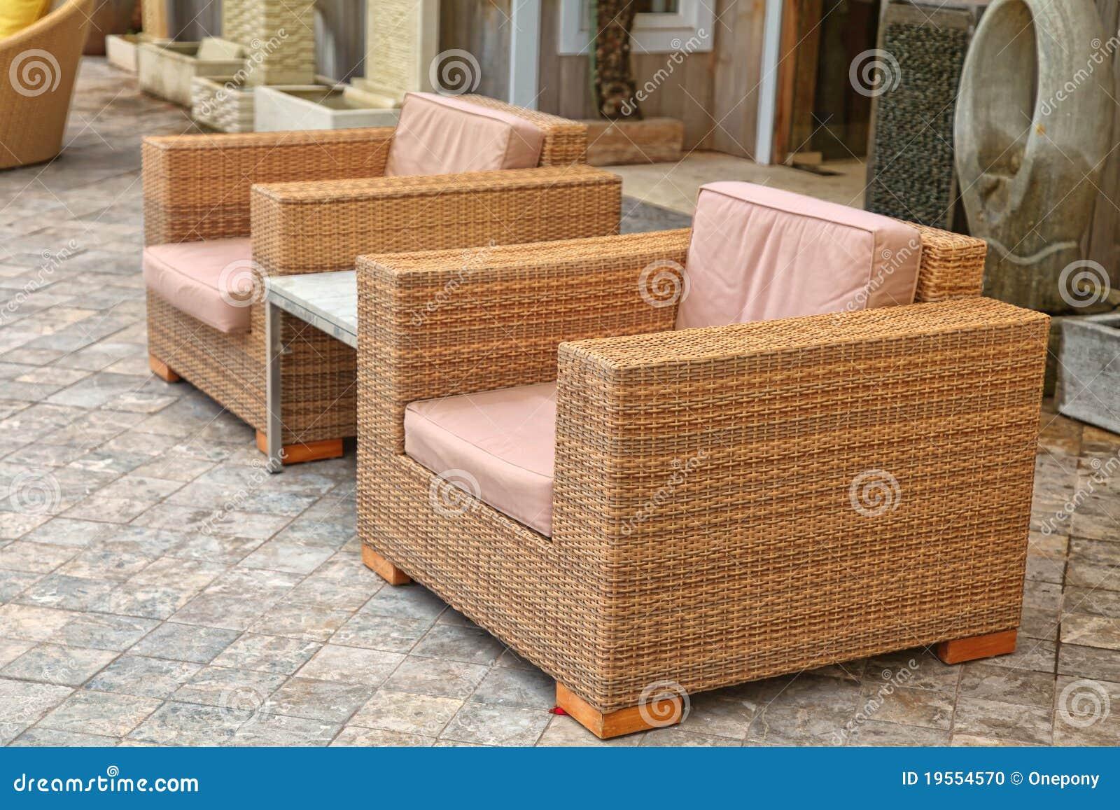 Muebles exteriores modernos del patio foto de archivo for Muebles para patios exteriores