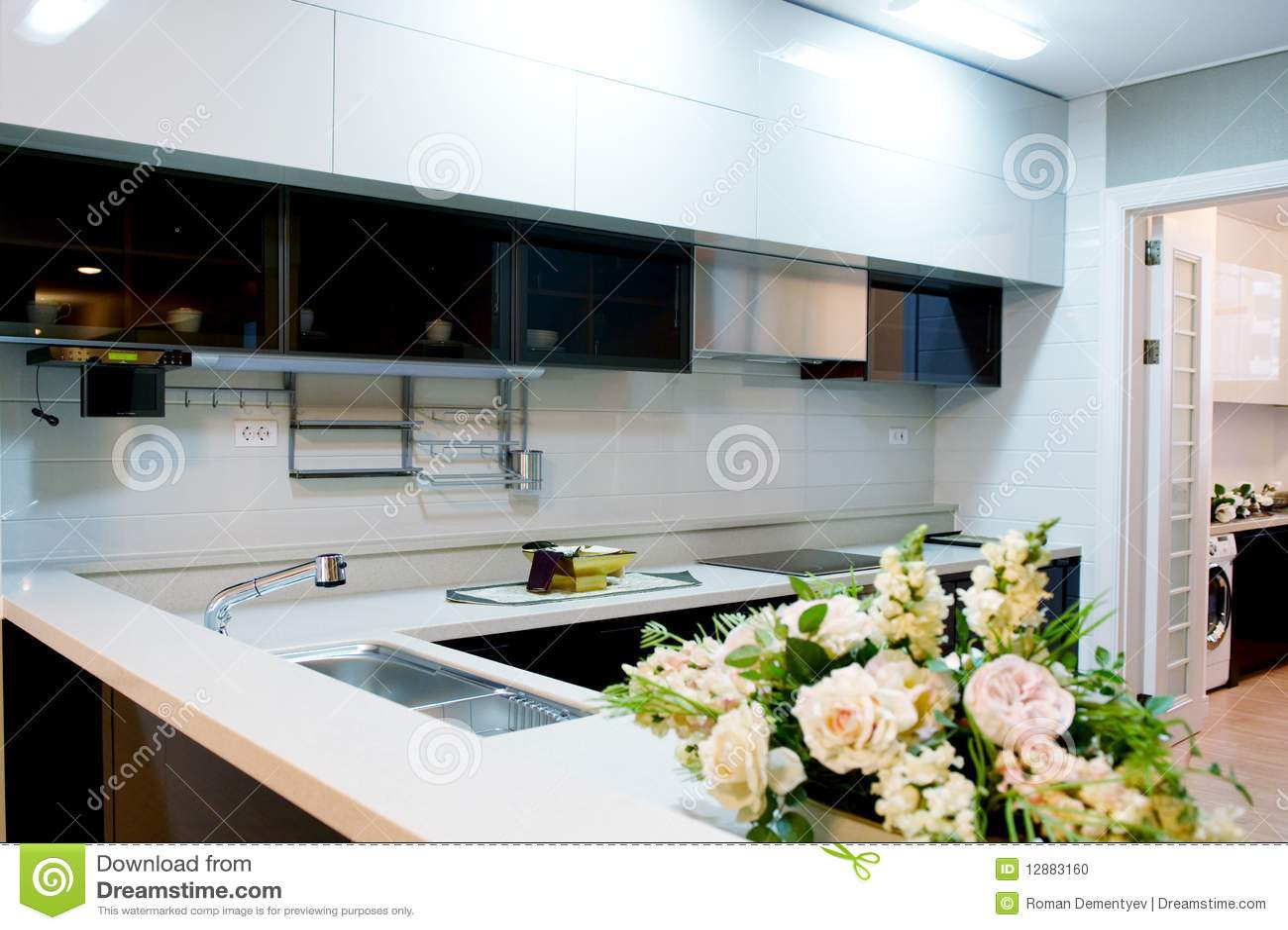 Muebles modernos de la cocina con una ventana grande
