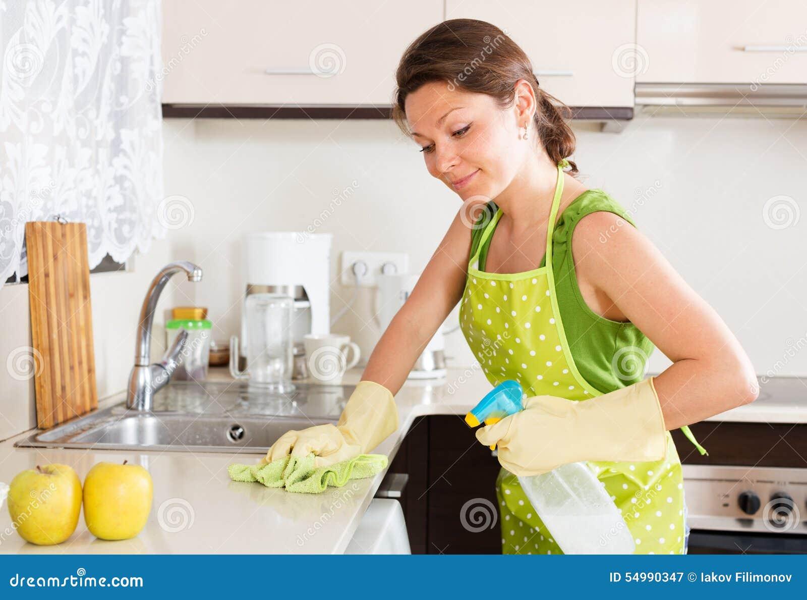 Muebles sonrientes de la limpieza del ama de casa en - La cocina en casa ...