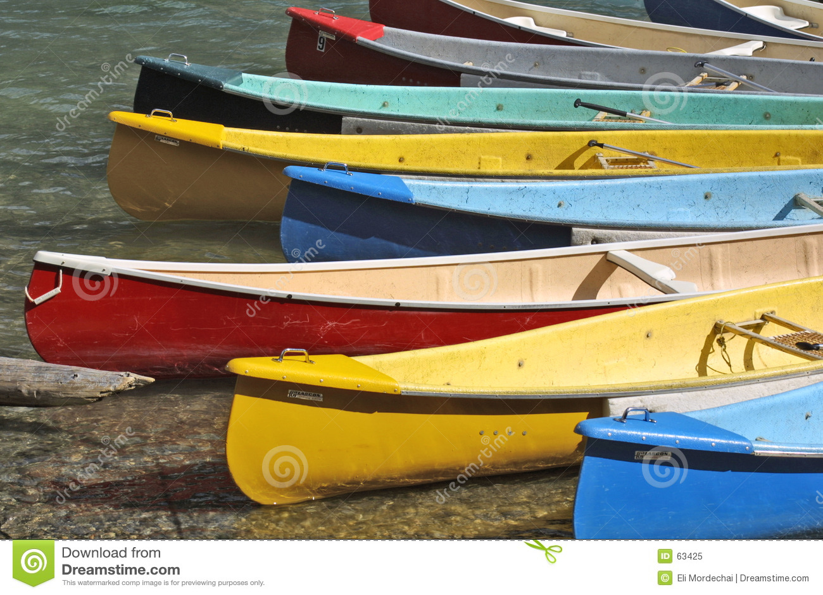 Muelle colorido de las canoas