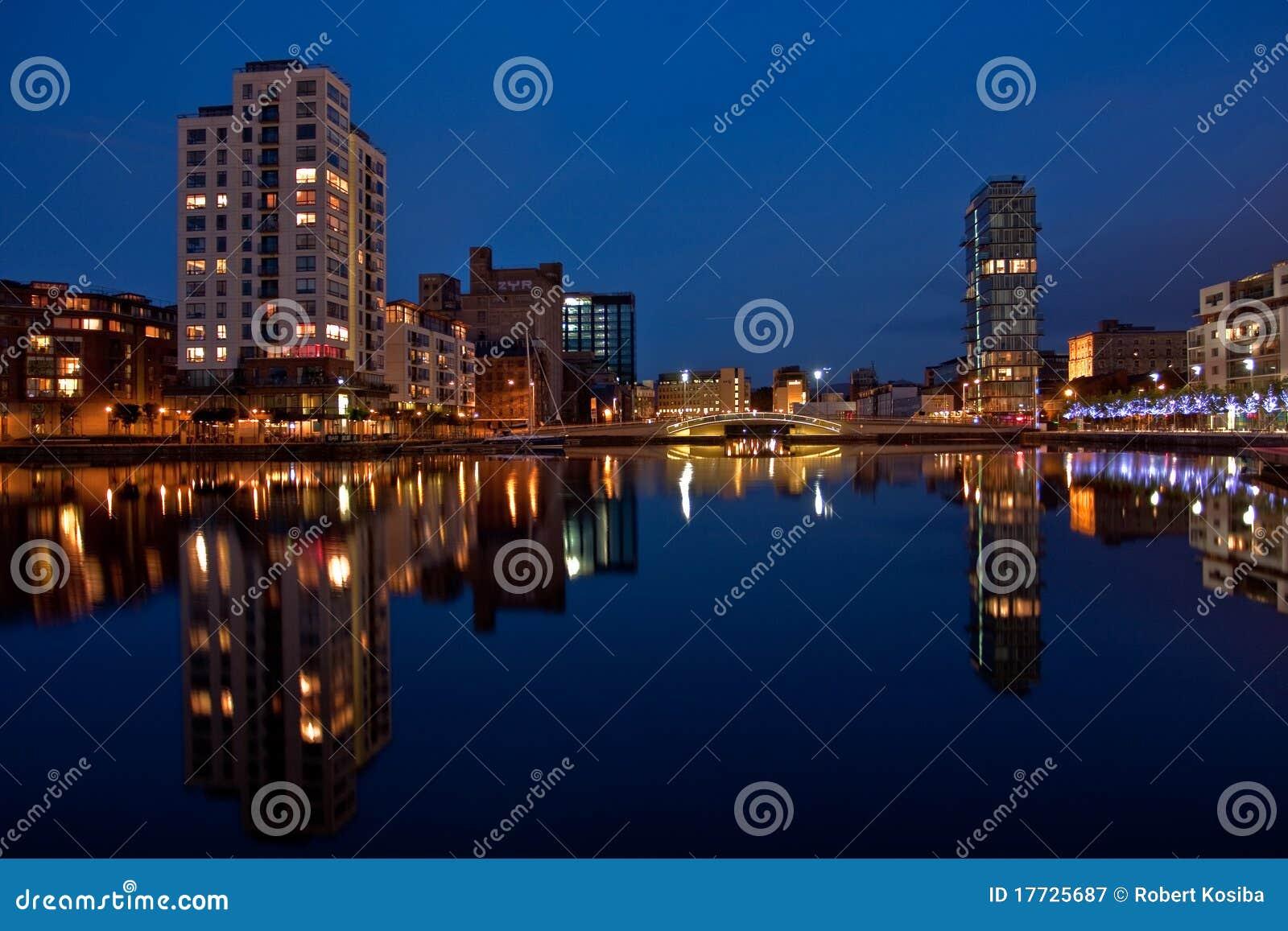 Muelle del canal magnífico en Dublín por noche