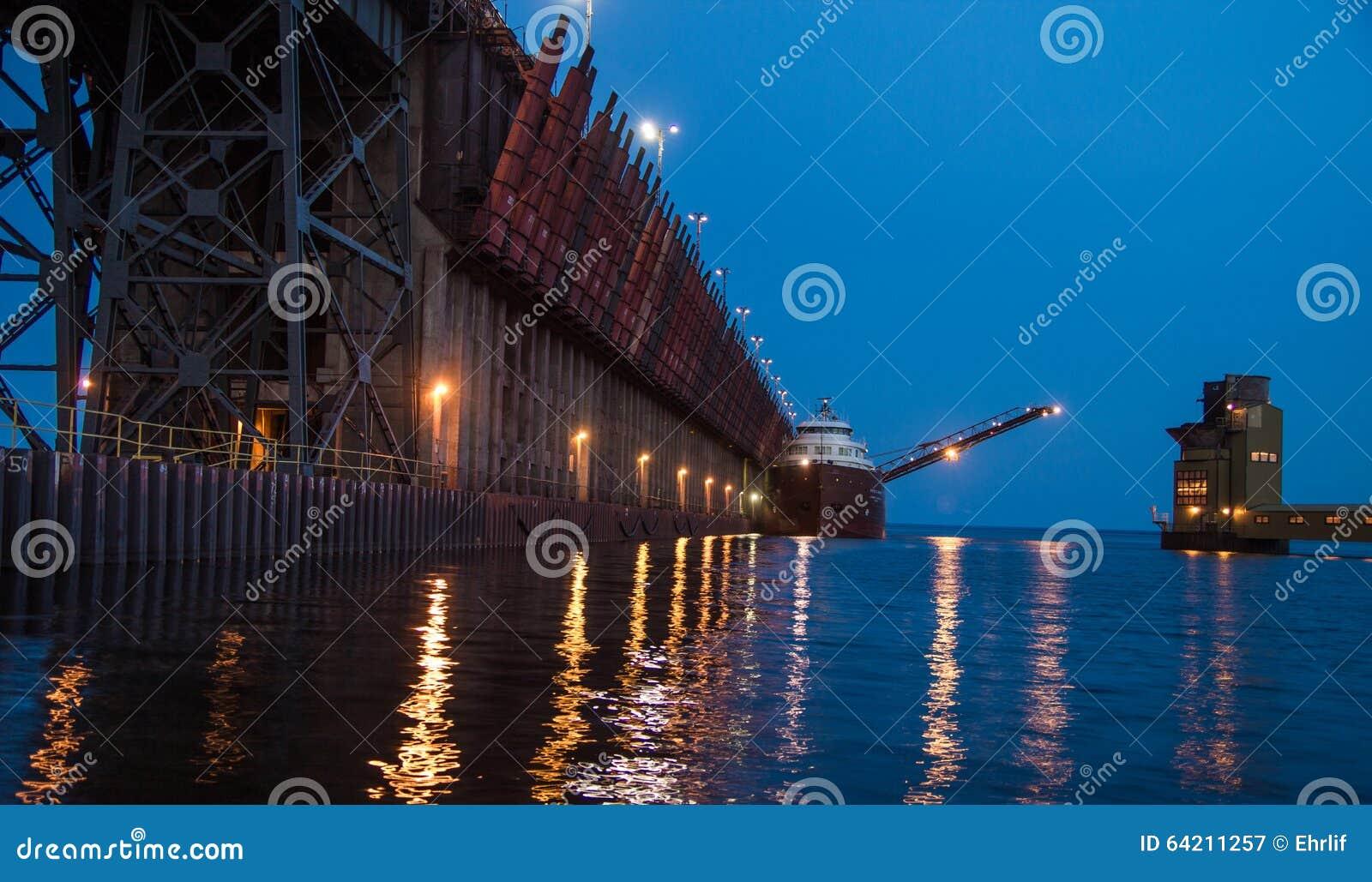 Muelle del mineral de hierro con el carguero