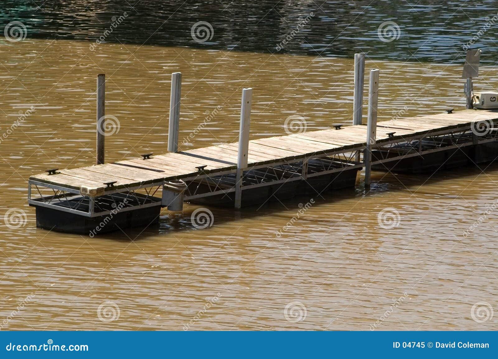 Muelle en el río