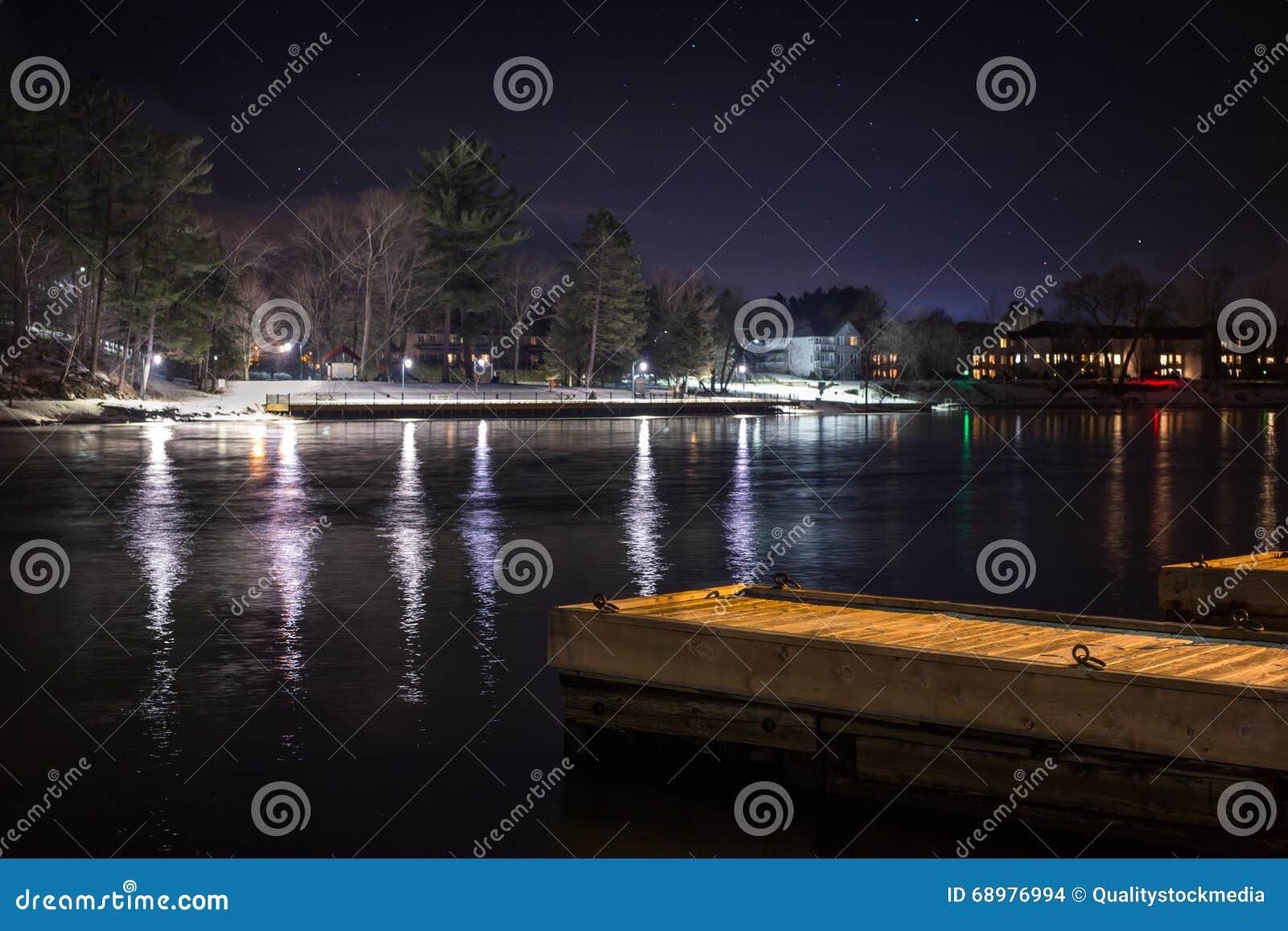 Muelle en la noche