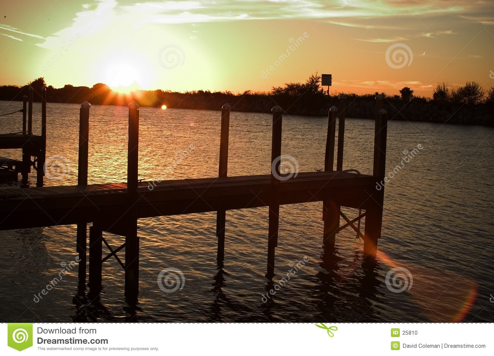 Muelle en la puesta del sol