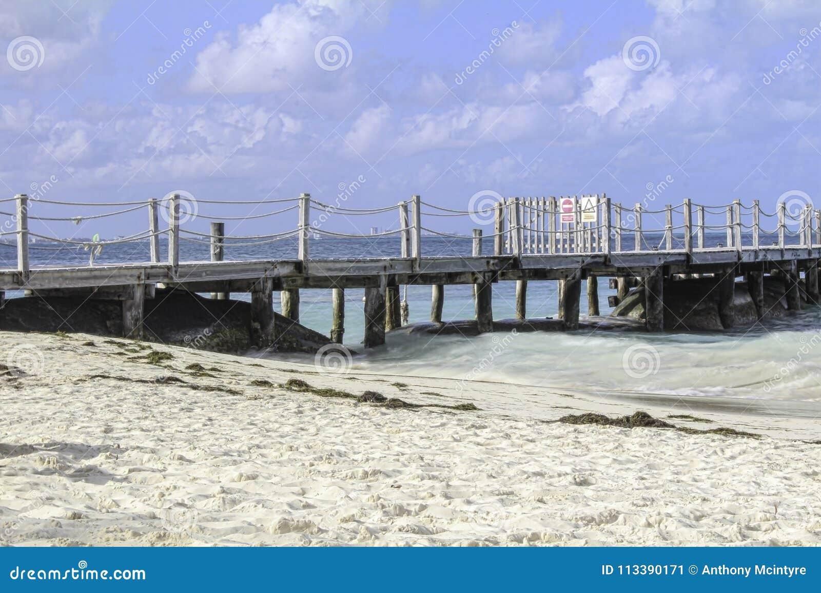 Muelle lateral del océano en un día soleado tranquilo