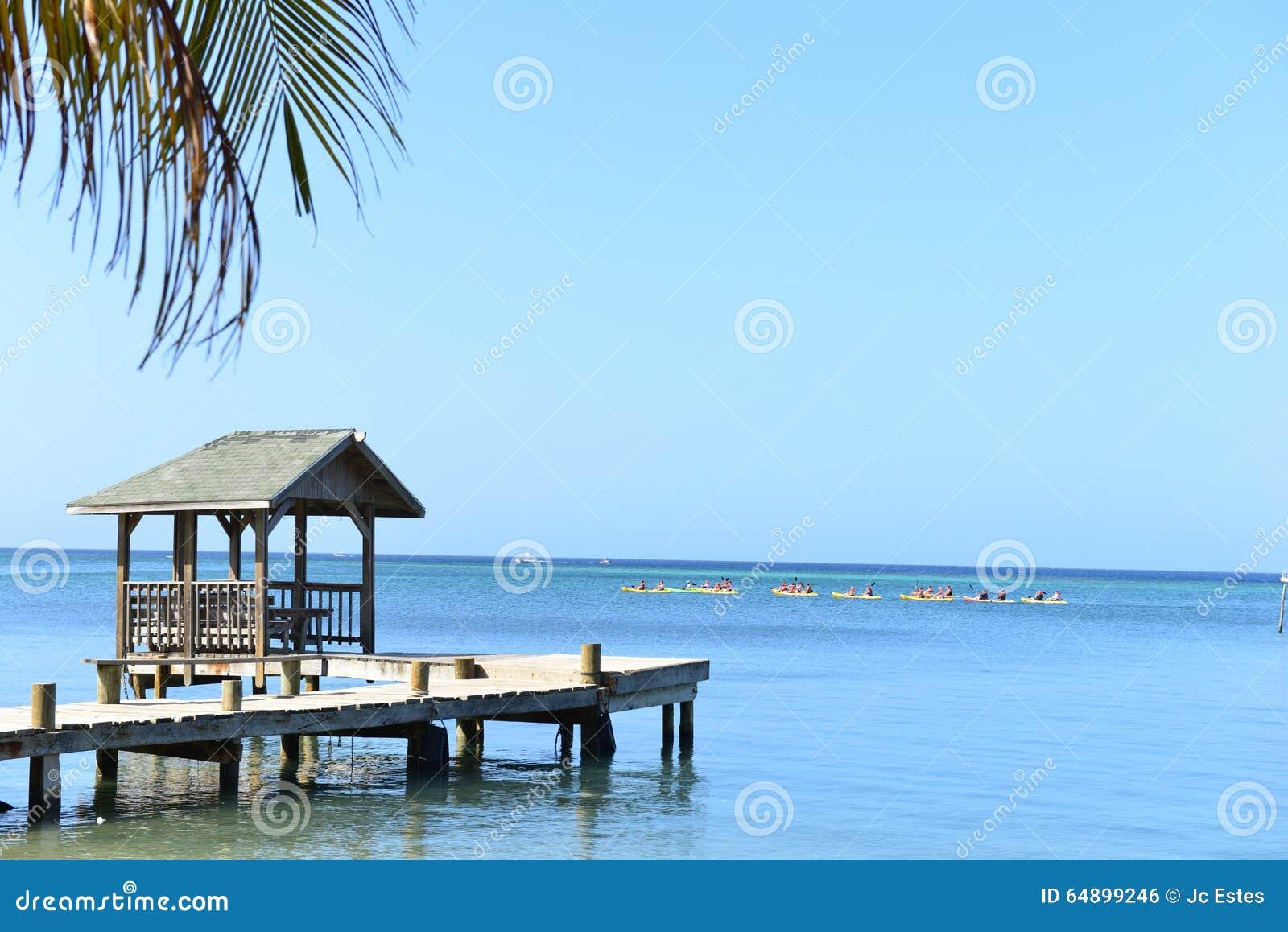 Muelle A Lo Largo Del Océano Del Caribe, Roatan, Honduras Foto de ...