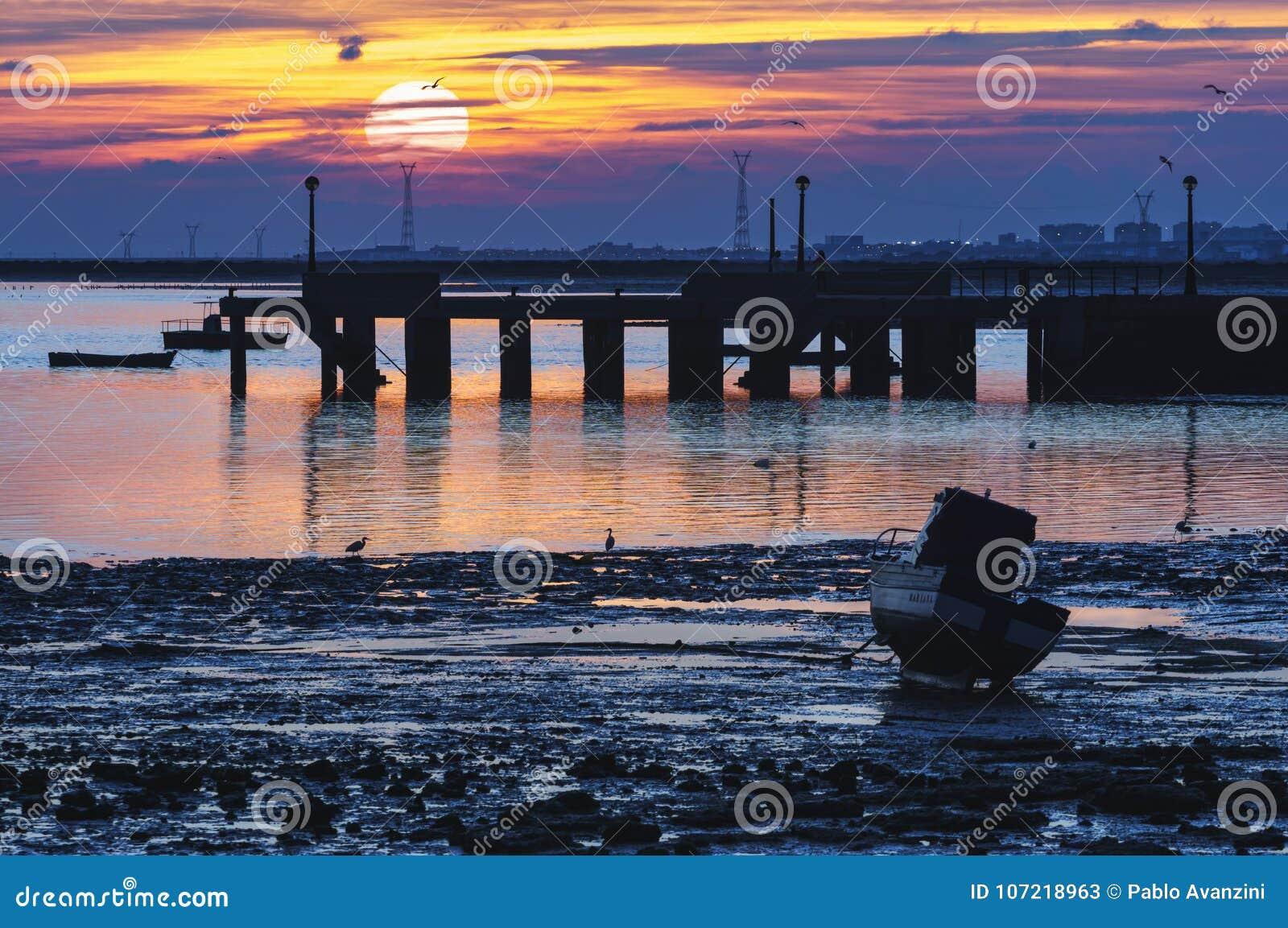 Muelle Puerto Cádiz real España de la puesta del sol
