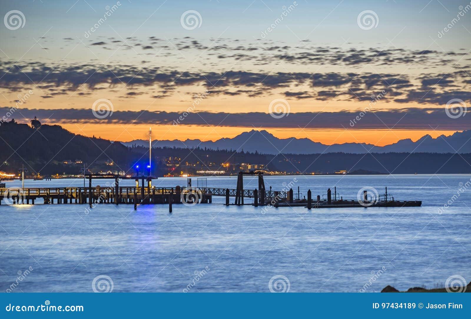 Muelles de Tacoma en la puesta del sol con las montañas