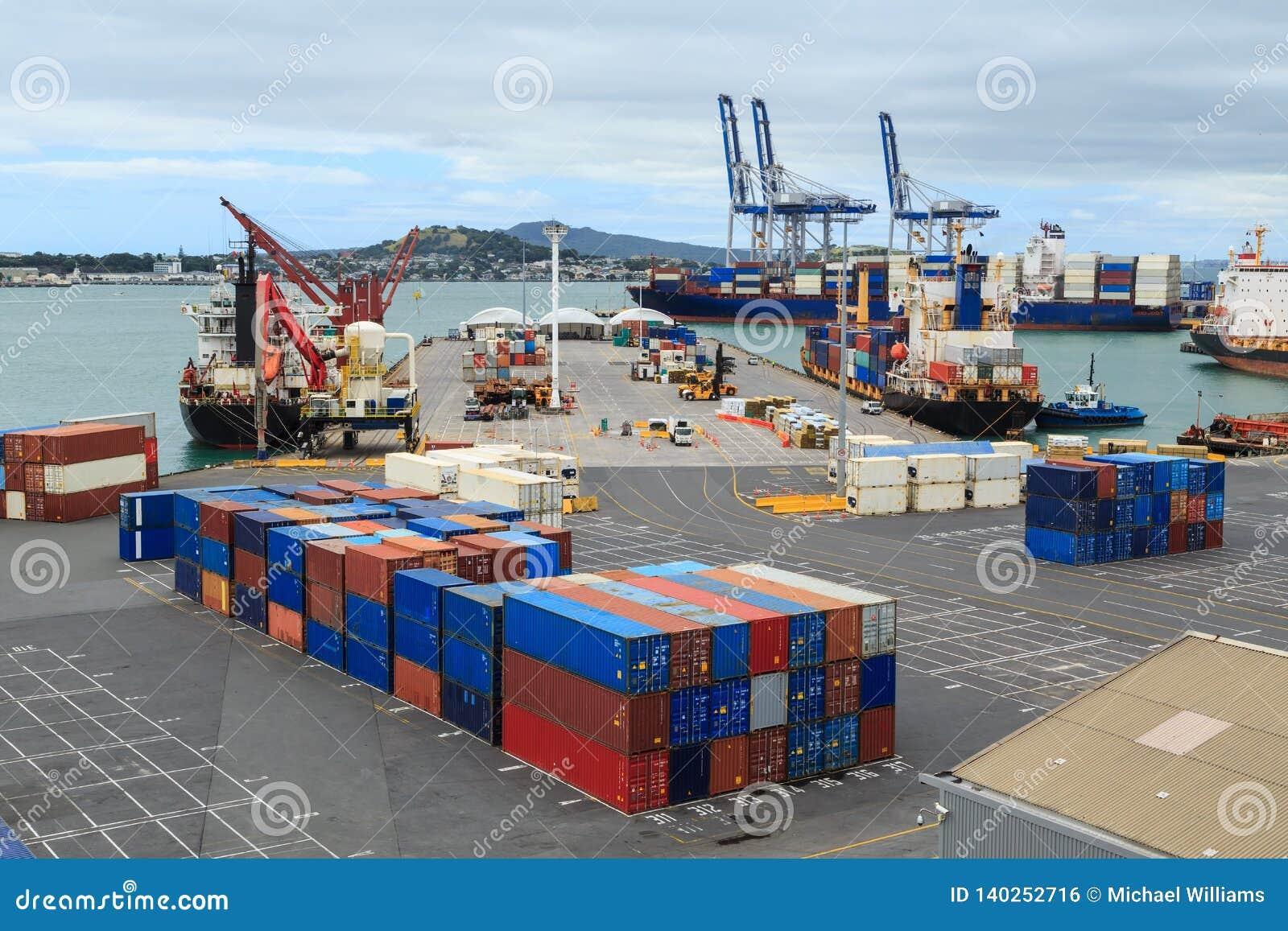 Muelles y grúas del cargo en el puerto de Auckland, Nueva Zelanda