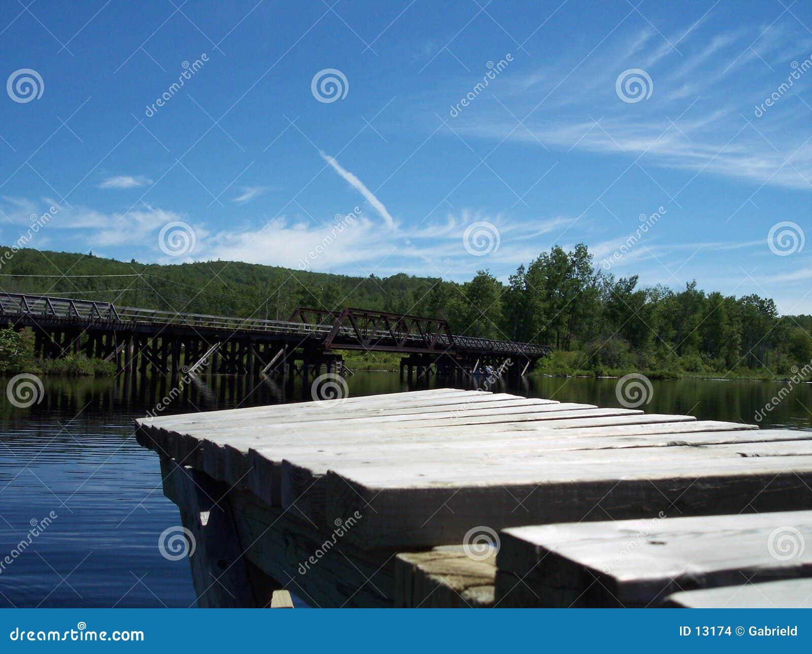 Muelles y un puente del carril