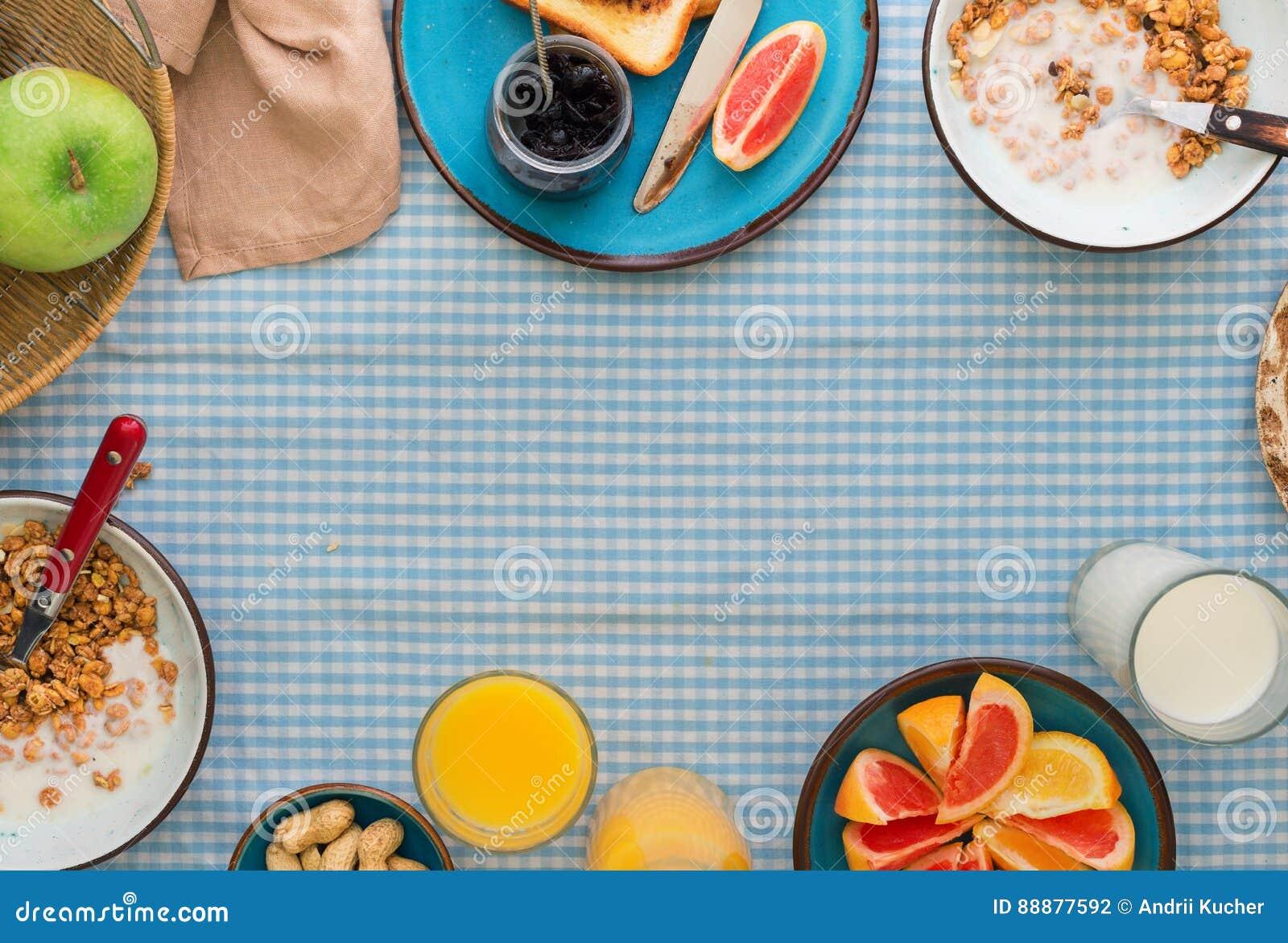 Muesli框架用酸奶、各种各样的果子和多士